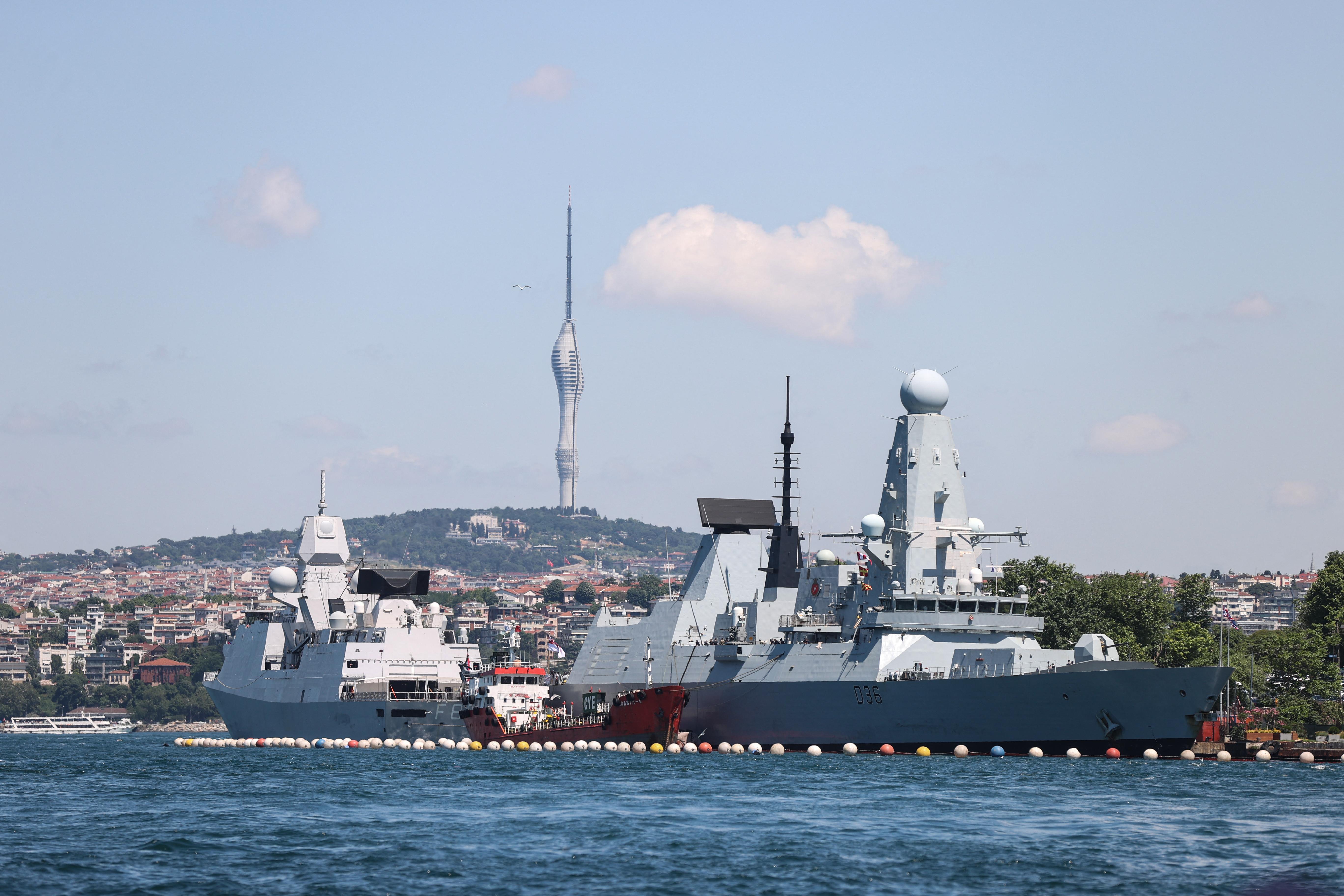 Az orosz hadügy szerint figyelmeztető lövéseket adtak le egy brit rombolóra a Fekete-tengeren, a britek mindent tagadnak