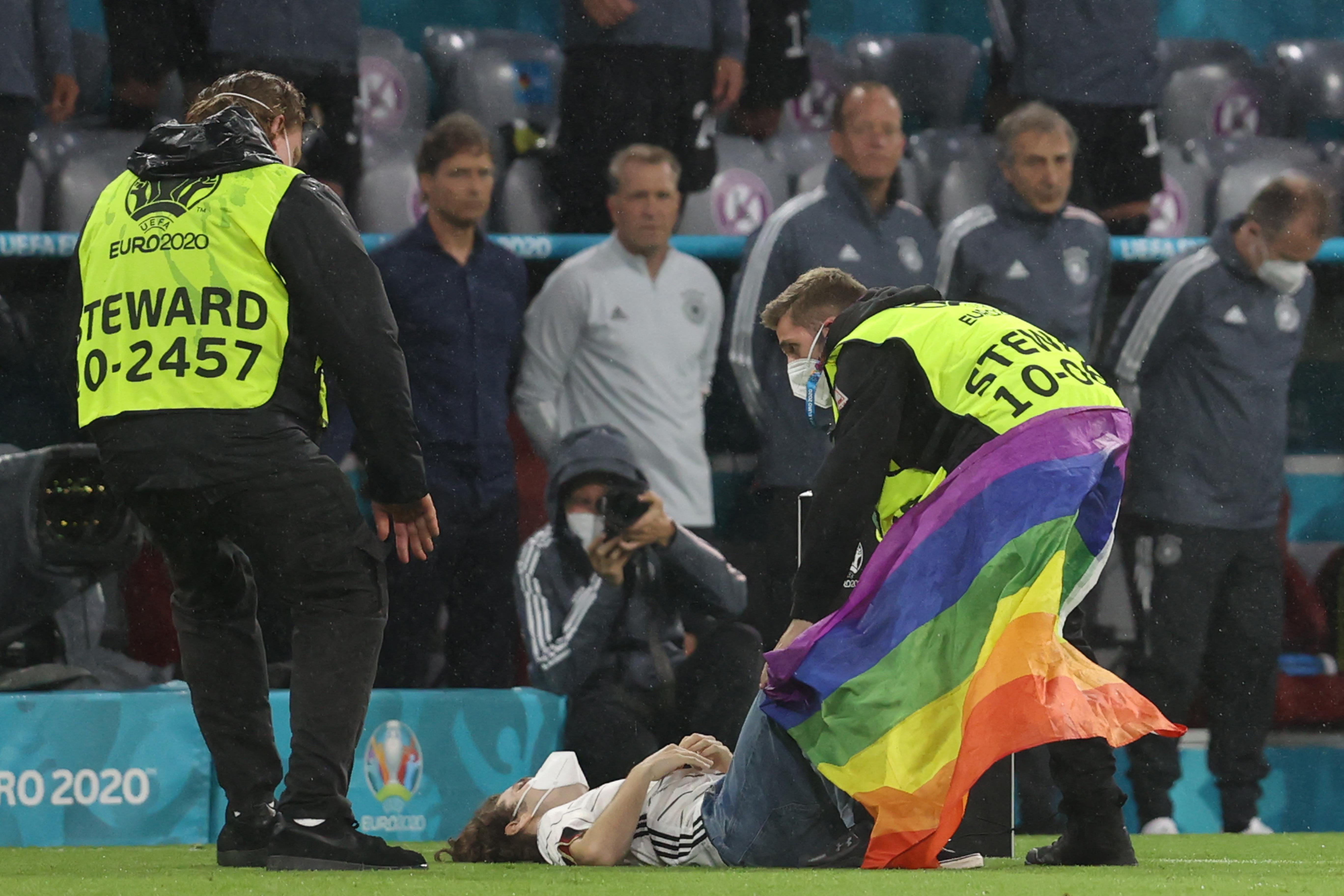 Szijjártó szerint direkt engedhették a pályára a Himnusz alatt a szivárványos zászlós embert Münchenben