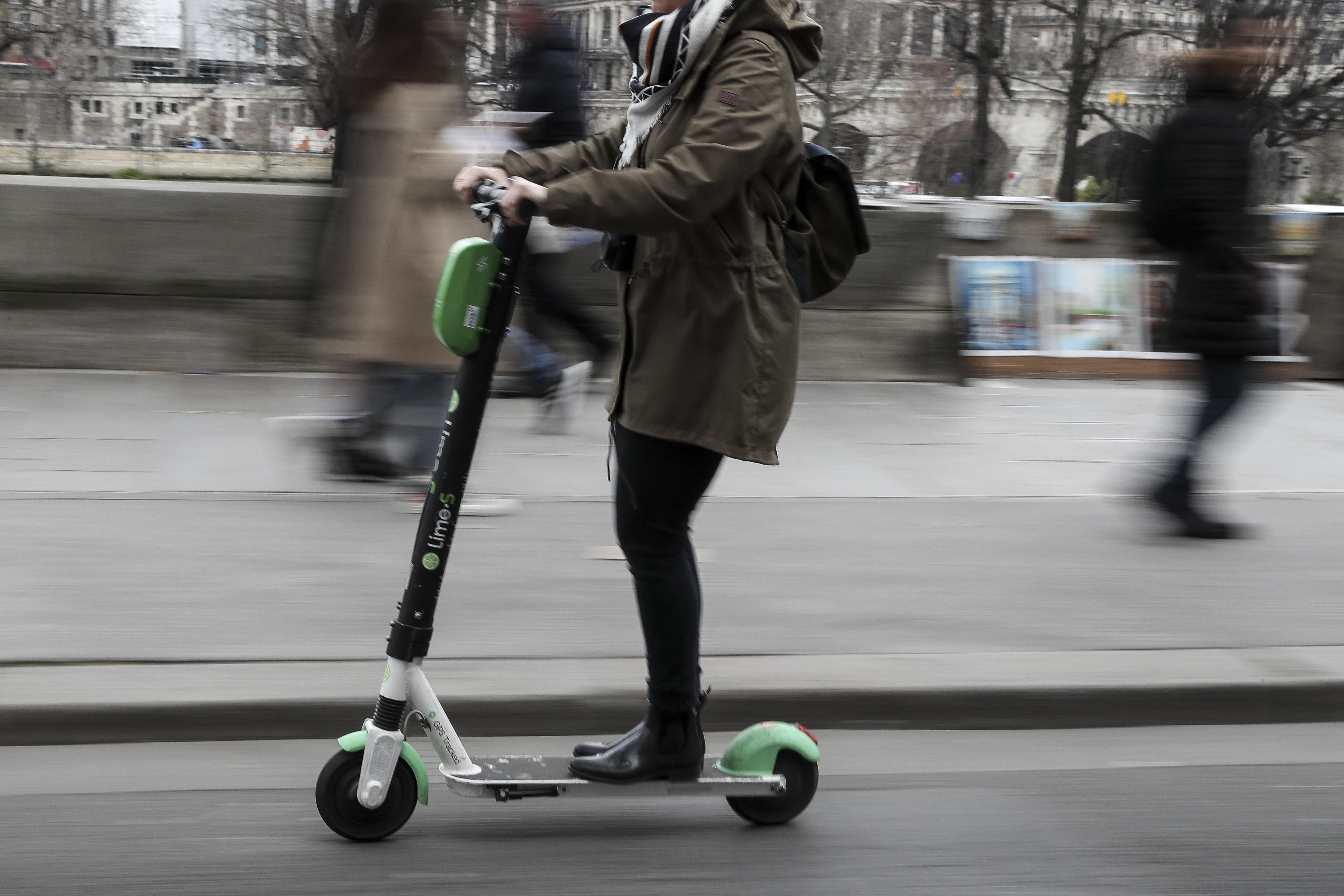 Őrizetbe vettek két rolleres nőt Párizsban, mert elütöttek egy embert, aki később belehalt a sérüléseibe