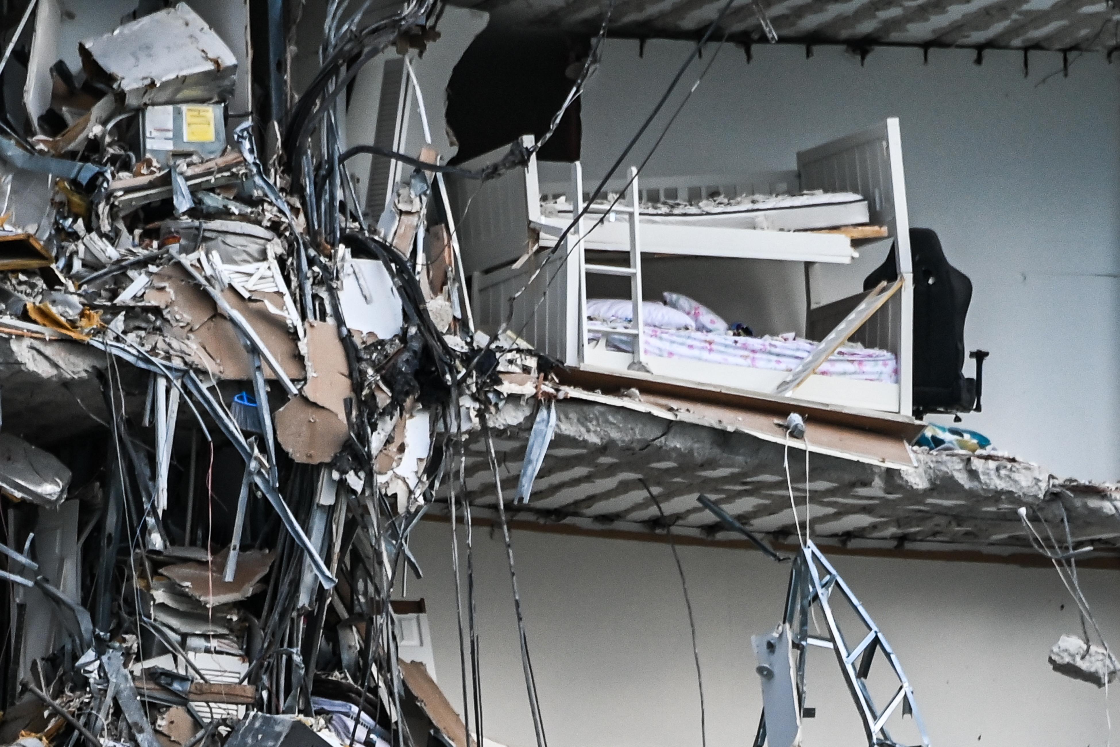 Összeomlott egy 12 emeletes apartmanház Floridában