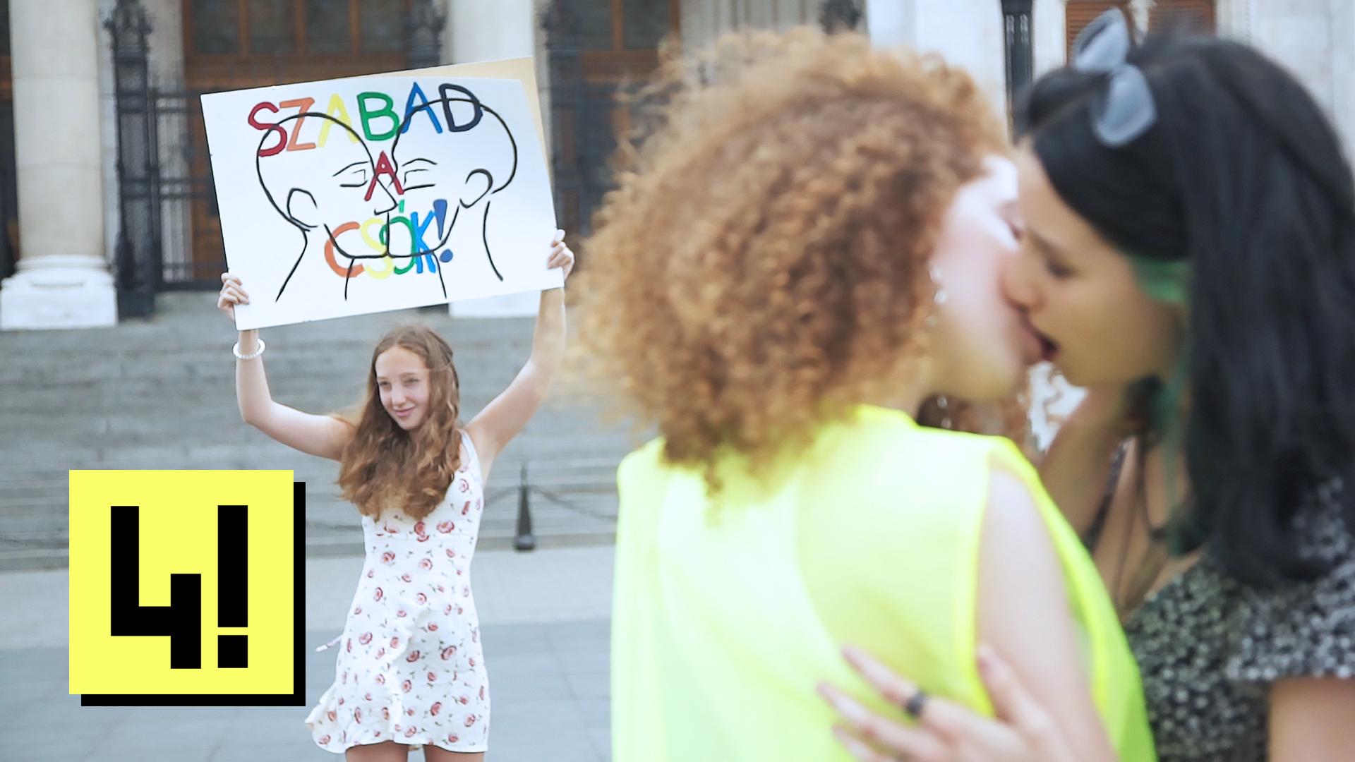 Vigyázat, amit ezek a fiatalok a Kossuth téren művelnek, az a Fidesz homofób törvénye szerint 18+ tartalom!