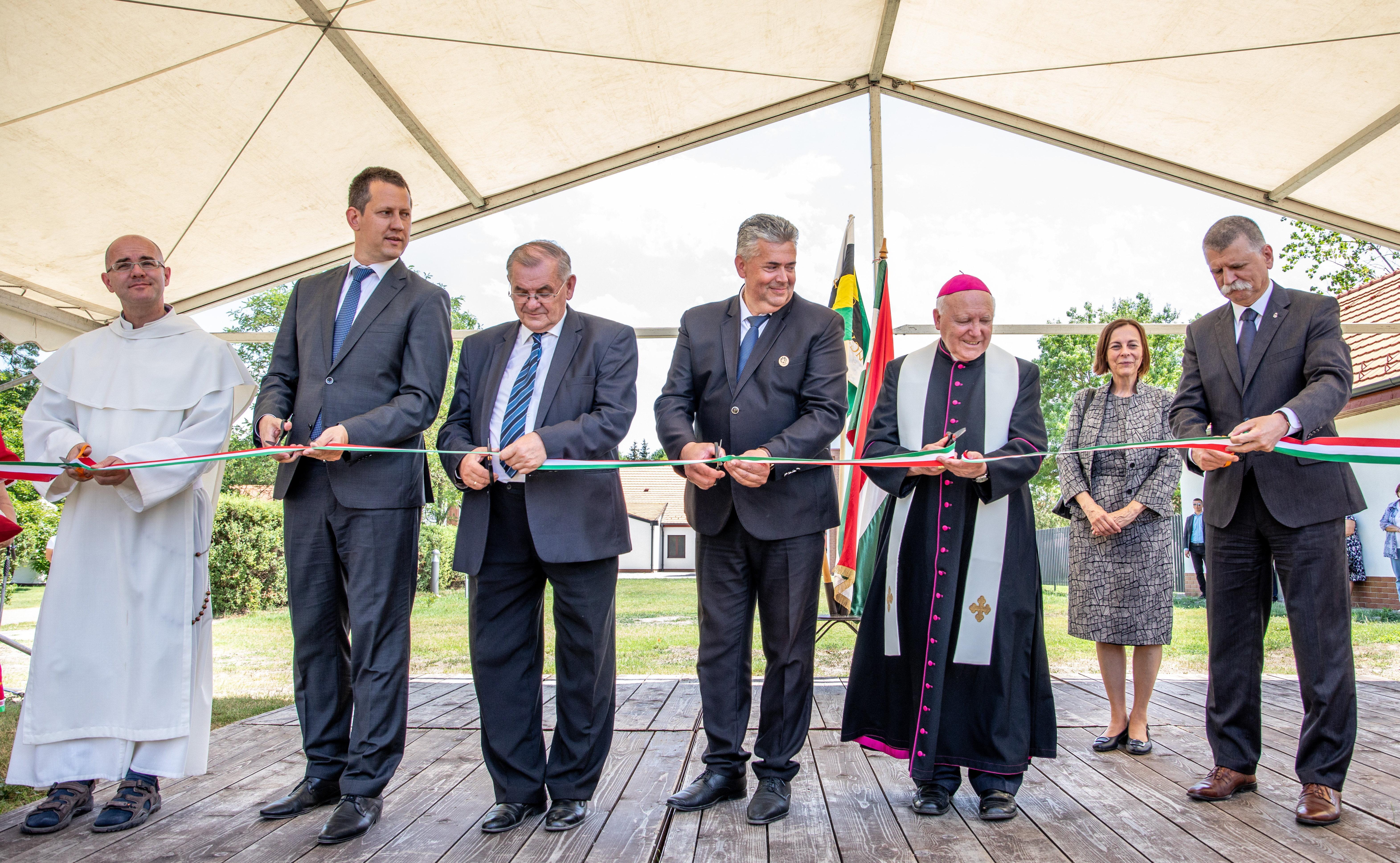 Fideszes egyházpolitika egy mondatban (és képben)
