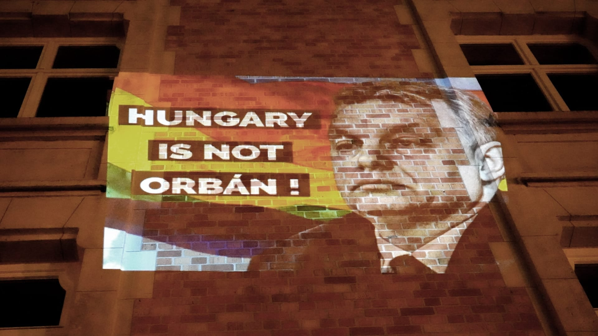 A DK odavetítette a brüsszeli Fidesz-iroda falára, hogy HUNGARY IS NOT ORBÁN!