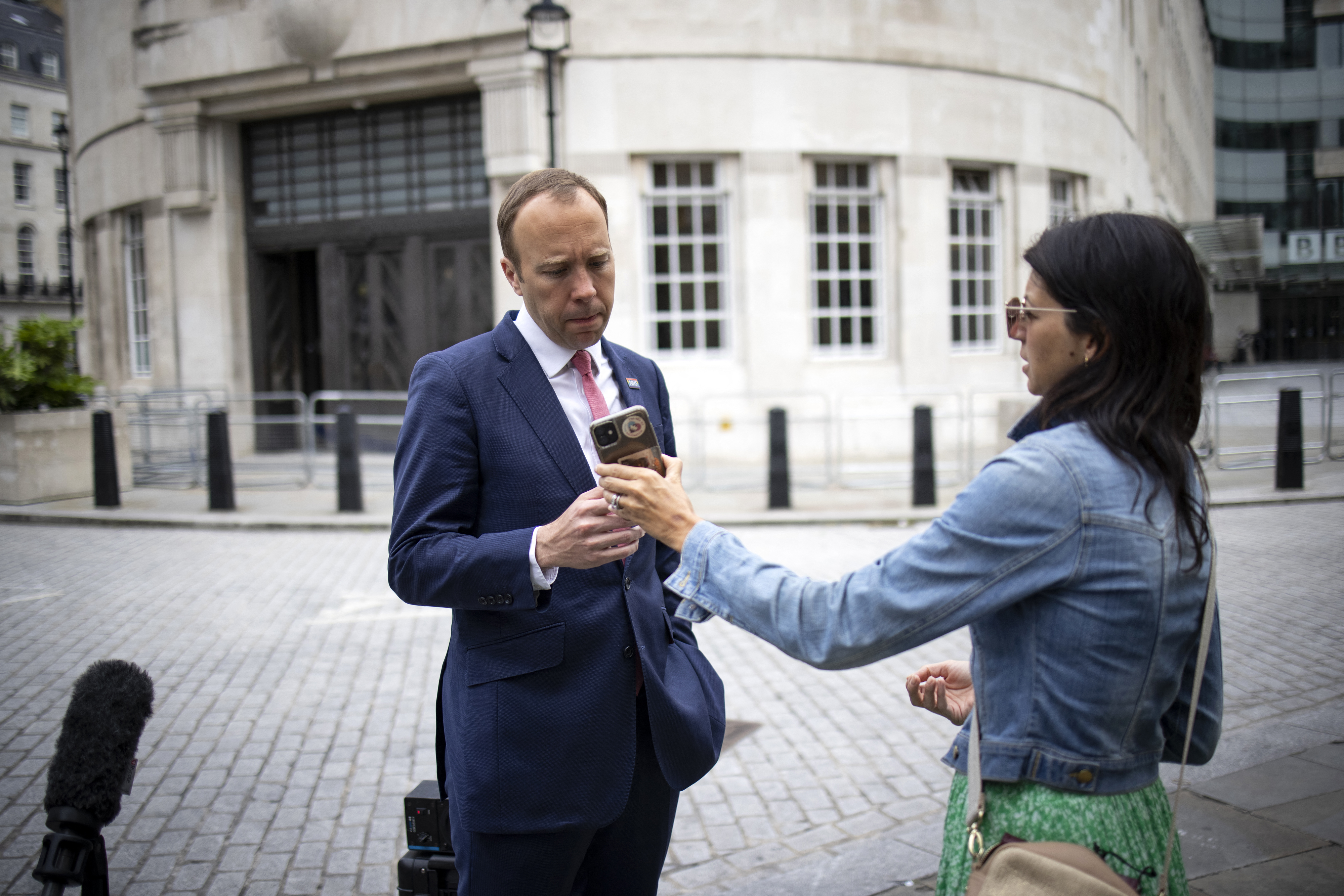Lemondott a kiszivárgott videón csókolózó brit egészségügyi miniszter