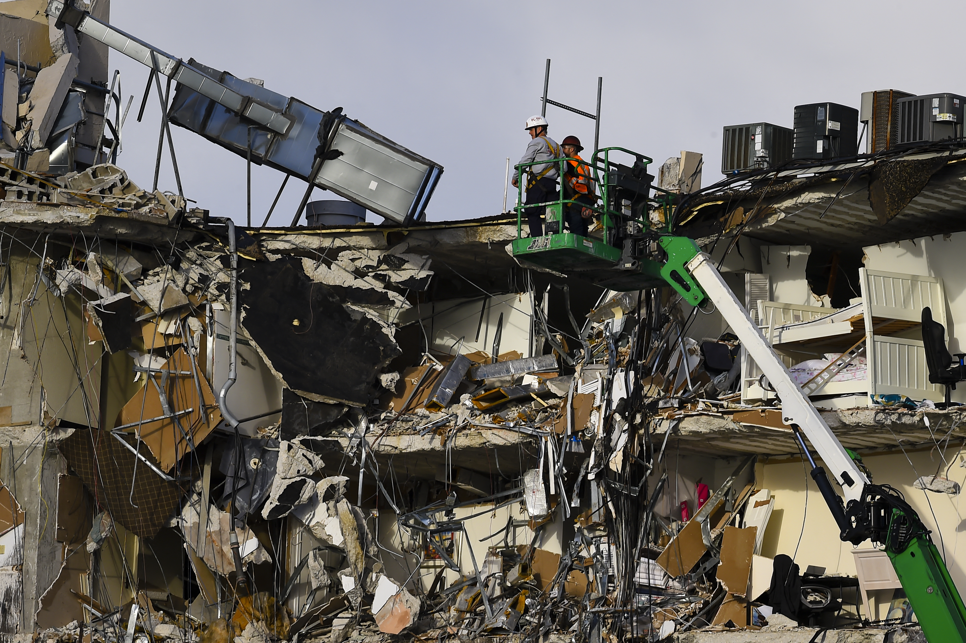 152 embert keresnek az összomlott floridai ház romjai között