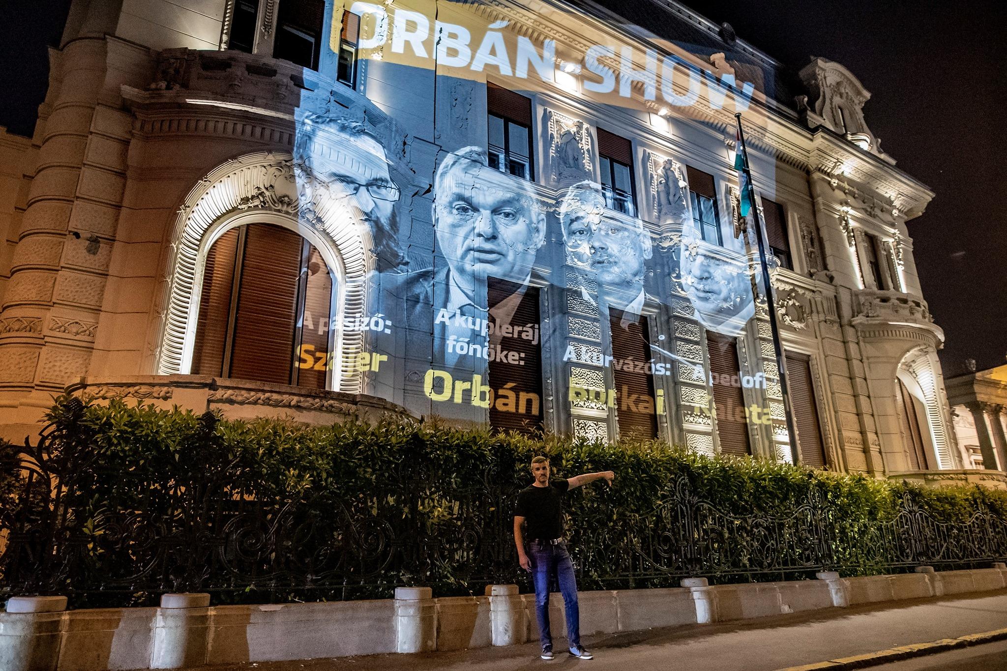 A Jobbik reagált az ellenzéket lejárató kampányra, Orbán-show plakátot vetítettek a Fidesz-székházra