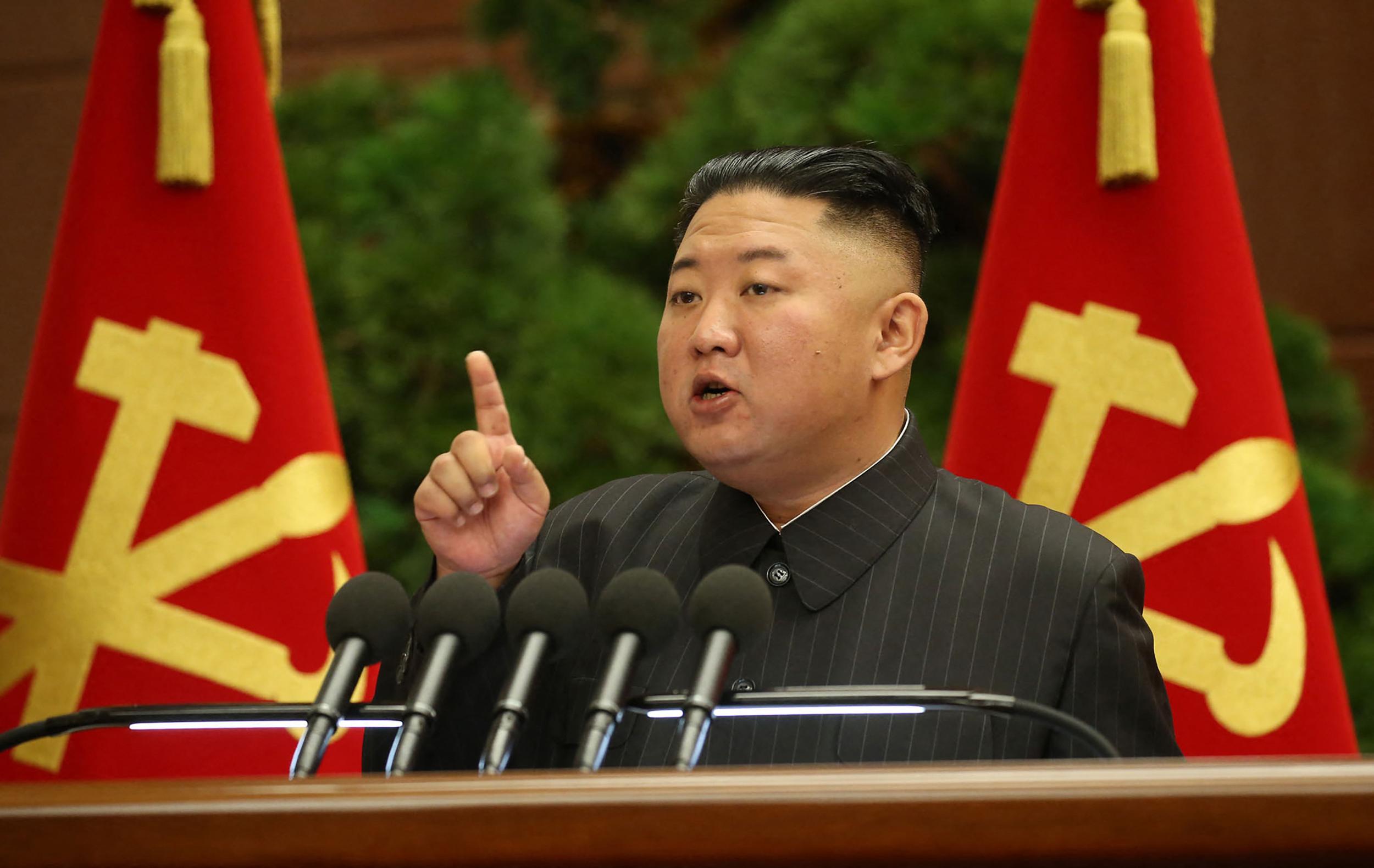 Párton belüli tisztogatással kezeli az egyre súlyosbodó járványhelyzetet Kim Dzsongun