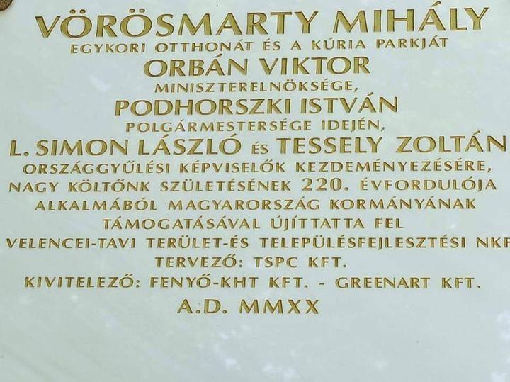 Újabb csodálatos darabbal bővült a fideszes politikusoknak méltó emléket állító márványtáblák sora