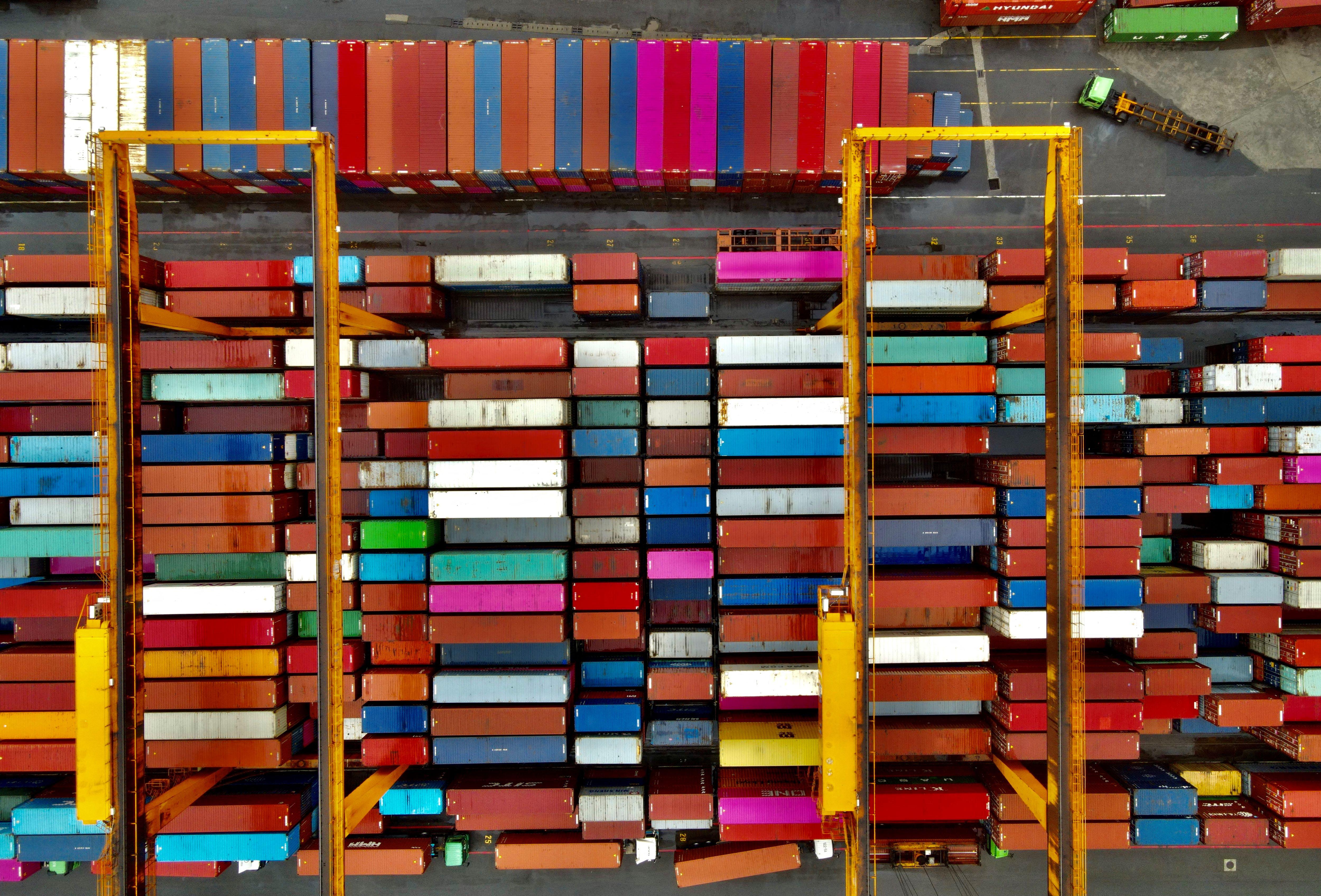 Rossz helyen halmokban álló üres konténerek bénítják a világkereskedelmet