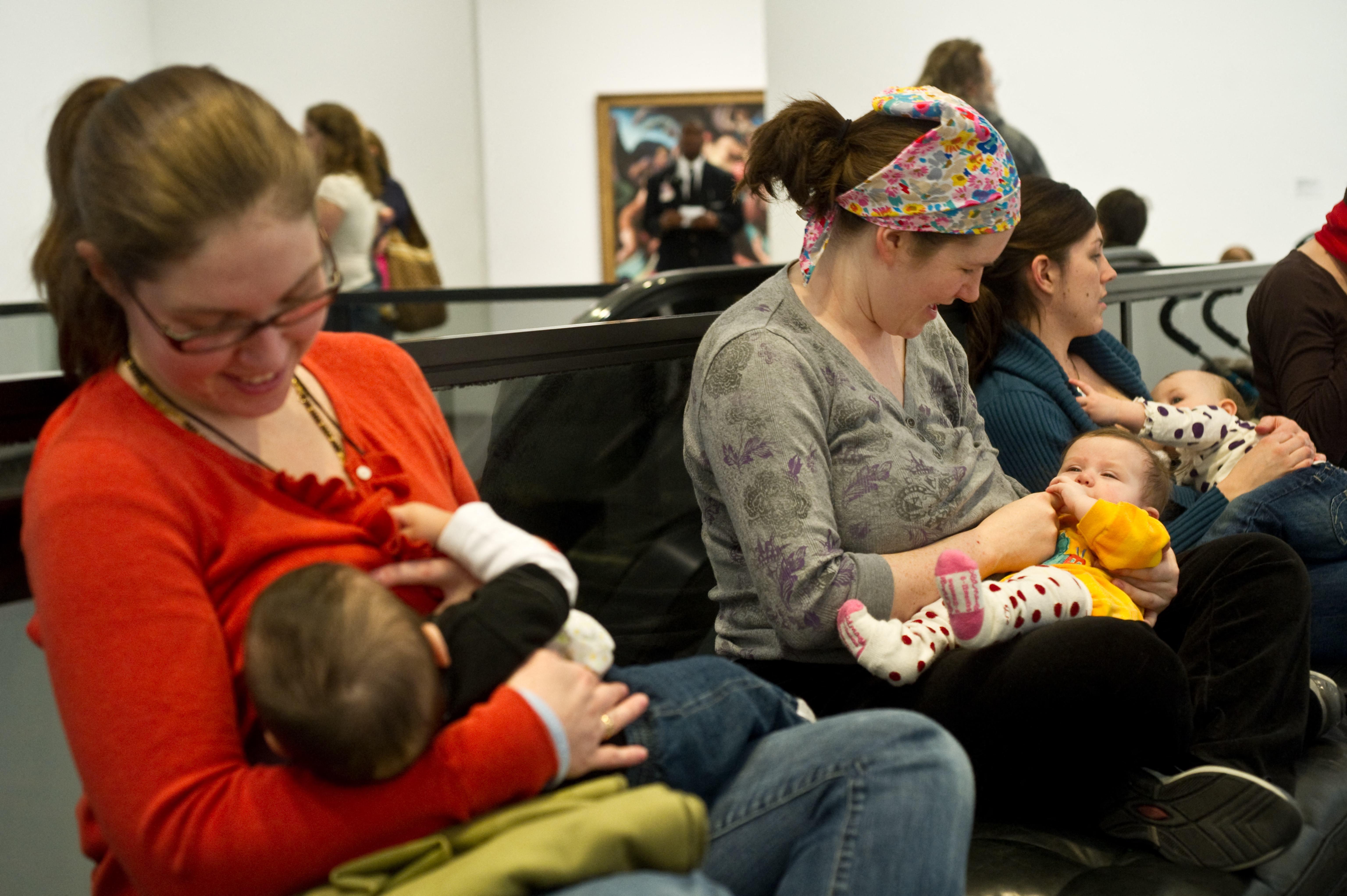 Romániában ezentúl pénzbírságot kaphat, aki a nyilvános helyeken szoptató anyákat elküldené vagy nem szolgálja ki