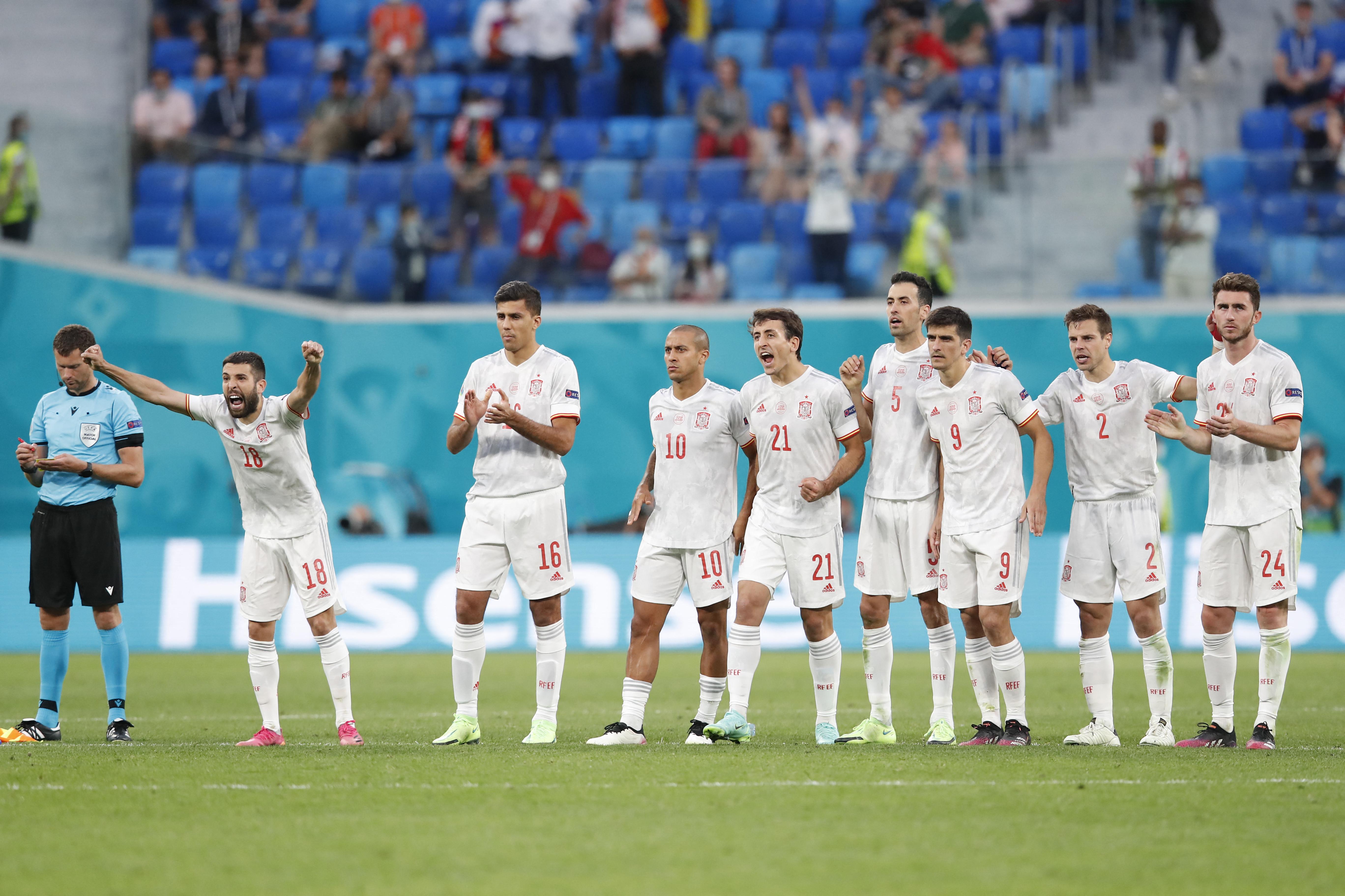 Spanyolország az angol játékvezető hatékony segítségével csak legyűrte Svájcot
