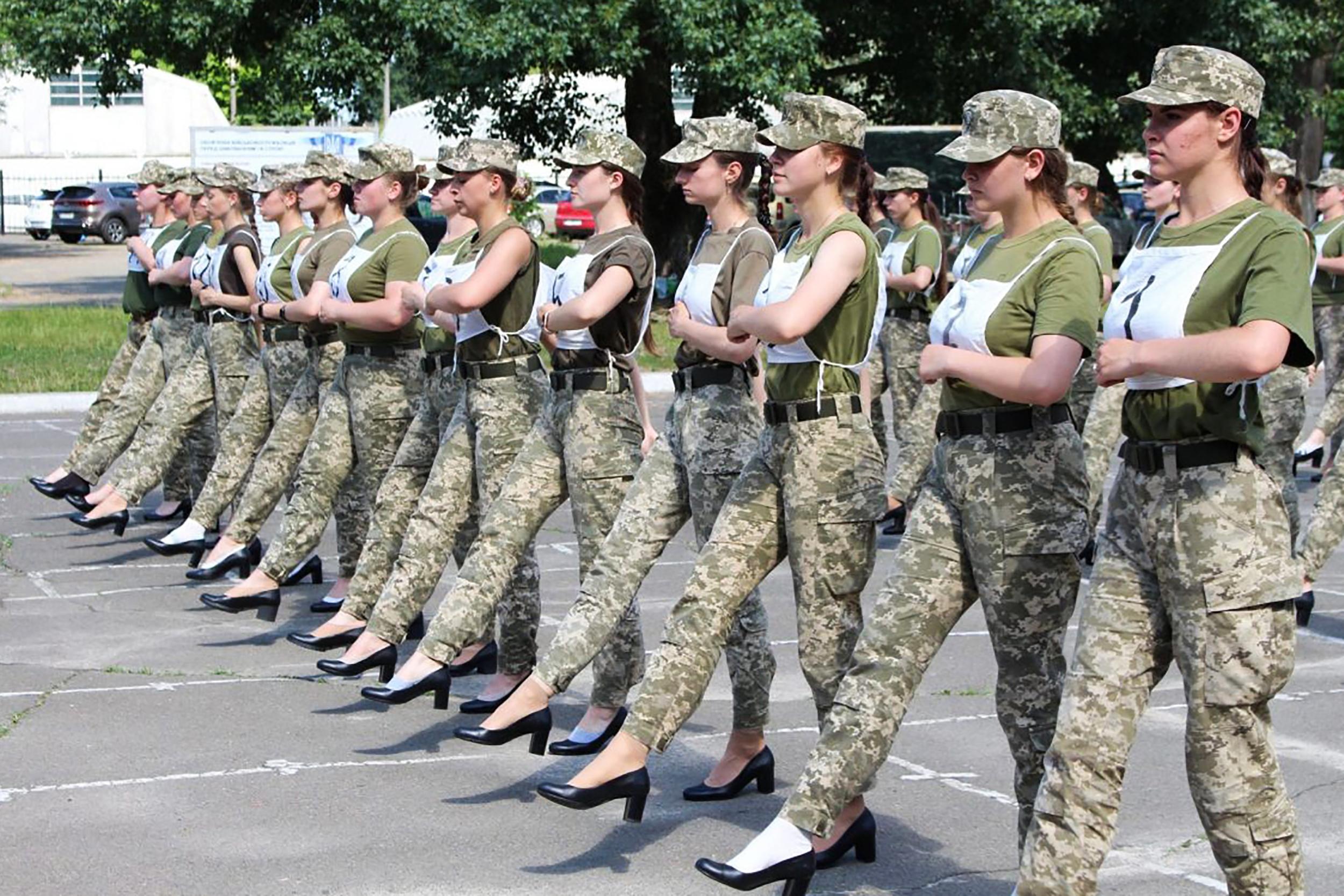 Hülye ötlet: magassarkúban masíroztatták az ukrán katonanőket