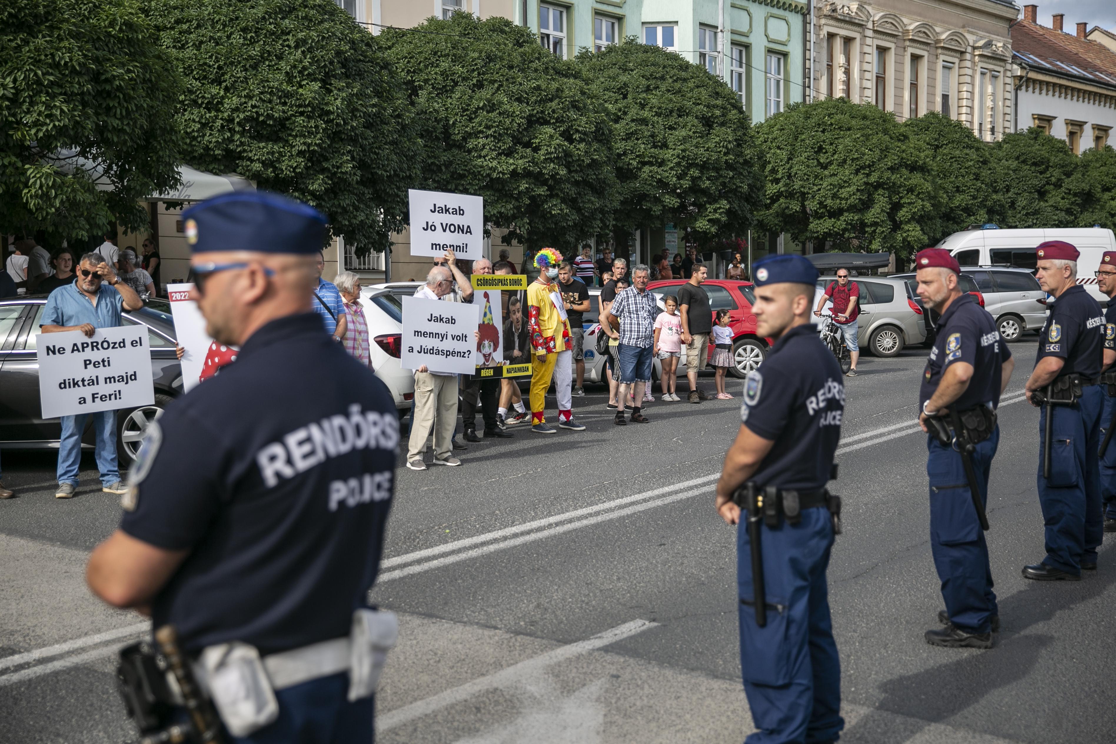 Rendőrök választották el Jakab Péter tapolcai fórumát és a fideszes ellentüntetőket