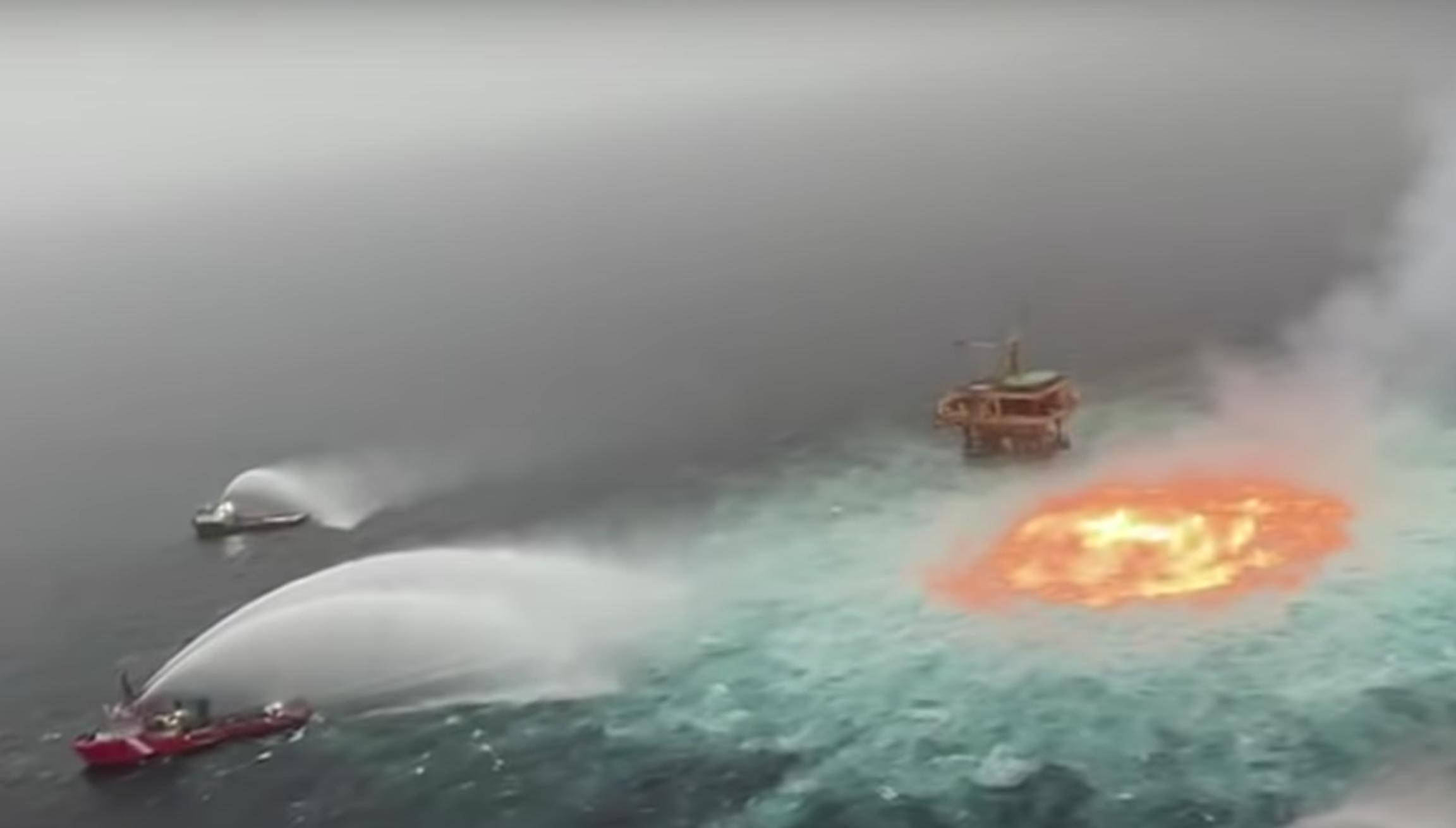 Lángolt az óceán a Mexikói-öbölnél