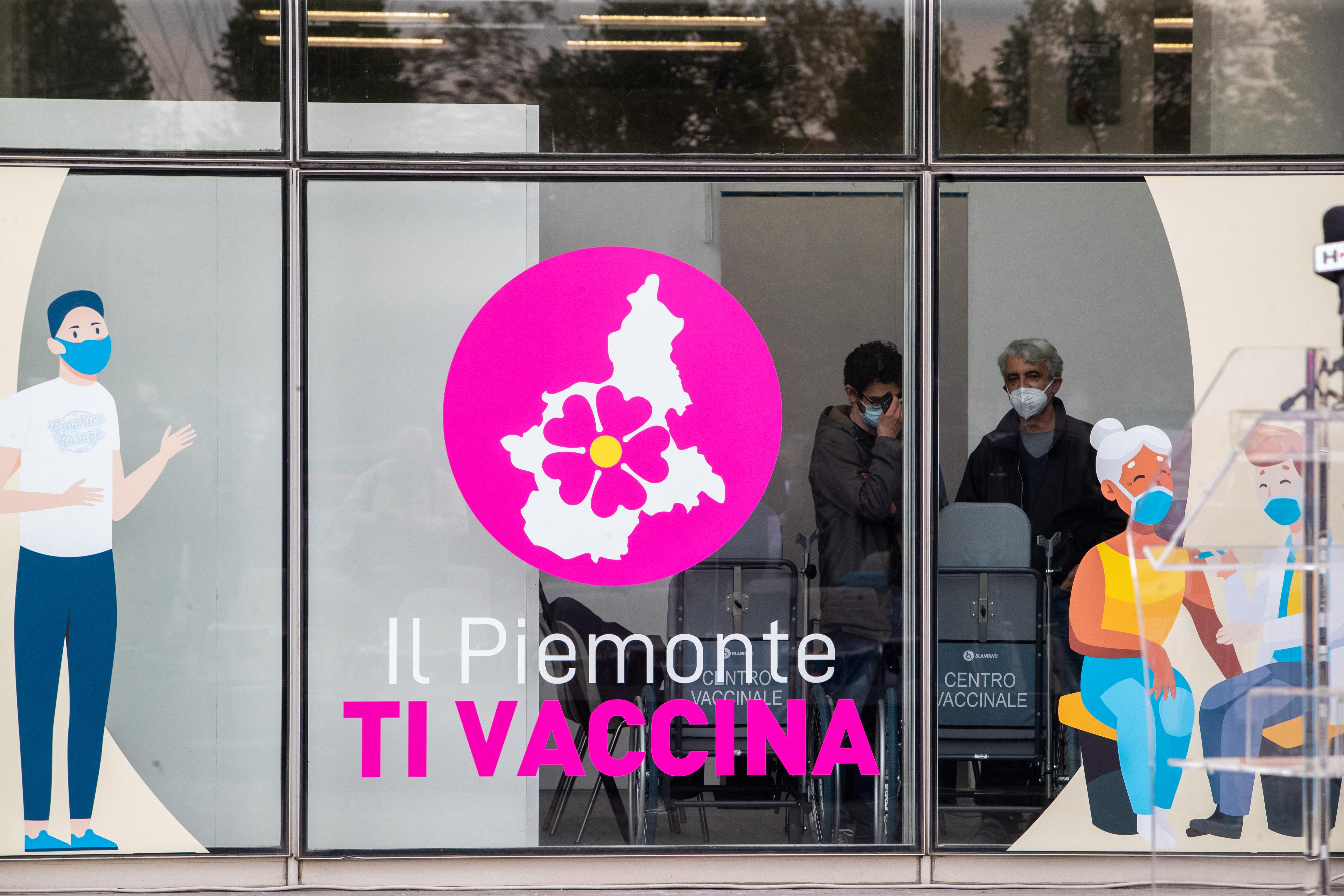 Olaszországban háromszáz egészségügyi dolgozó perel, amiért kötelezővé tették számukra az oltást