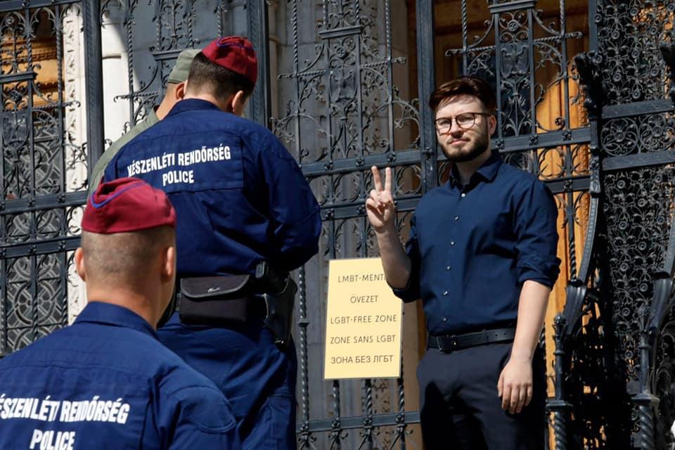 """Egy lengyel aktivista a parlament épületére akasztott egy """"LMBT-mentes övezet"""" feliratú táblát"""