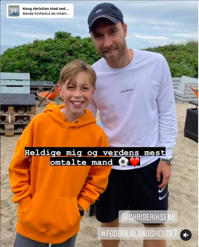 Eriksen olyan jól van, hogy egy dániai strandon fotózkodott egy kisfiúval