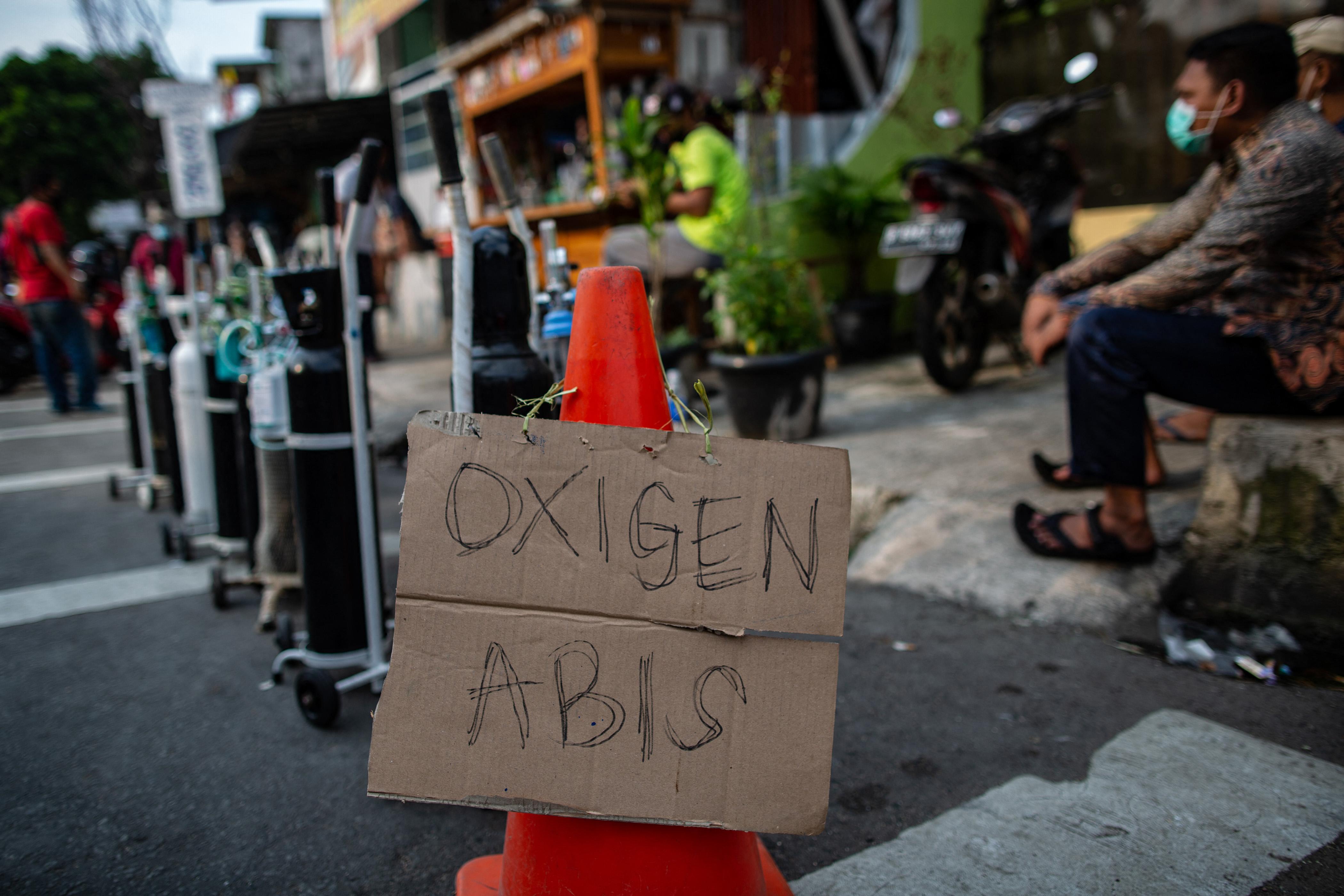 Fogy az oxigén a kórházakban, Indonézia a járványkatasztrófa szélén