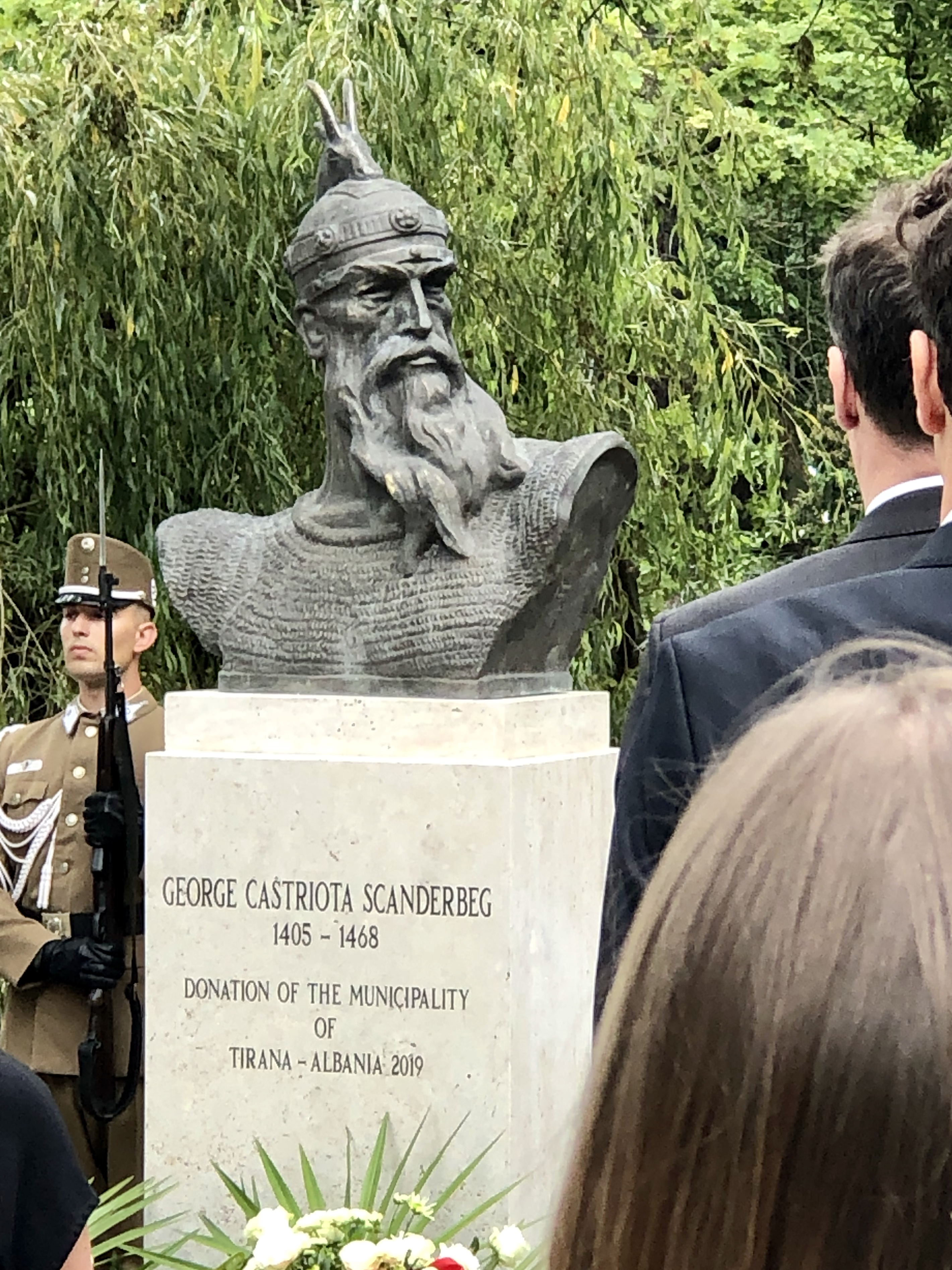 Így adták át a Ligetben Szkander bég elátkozott szobrát, aminek nincsenek karjai
