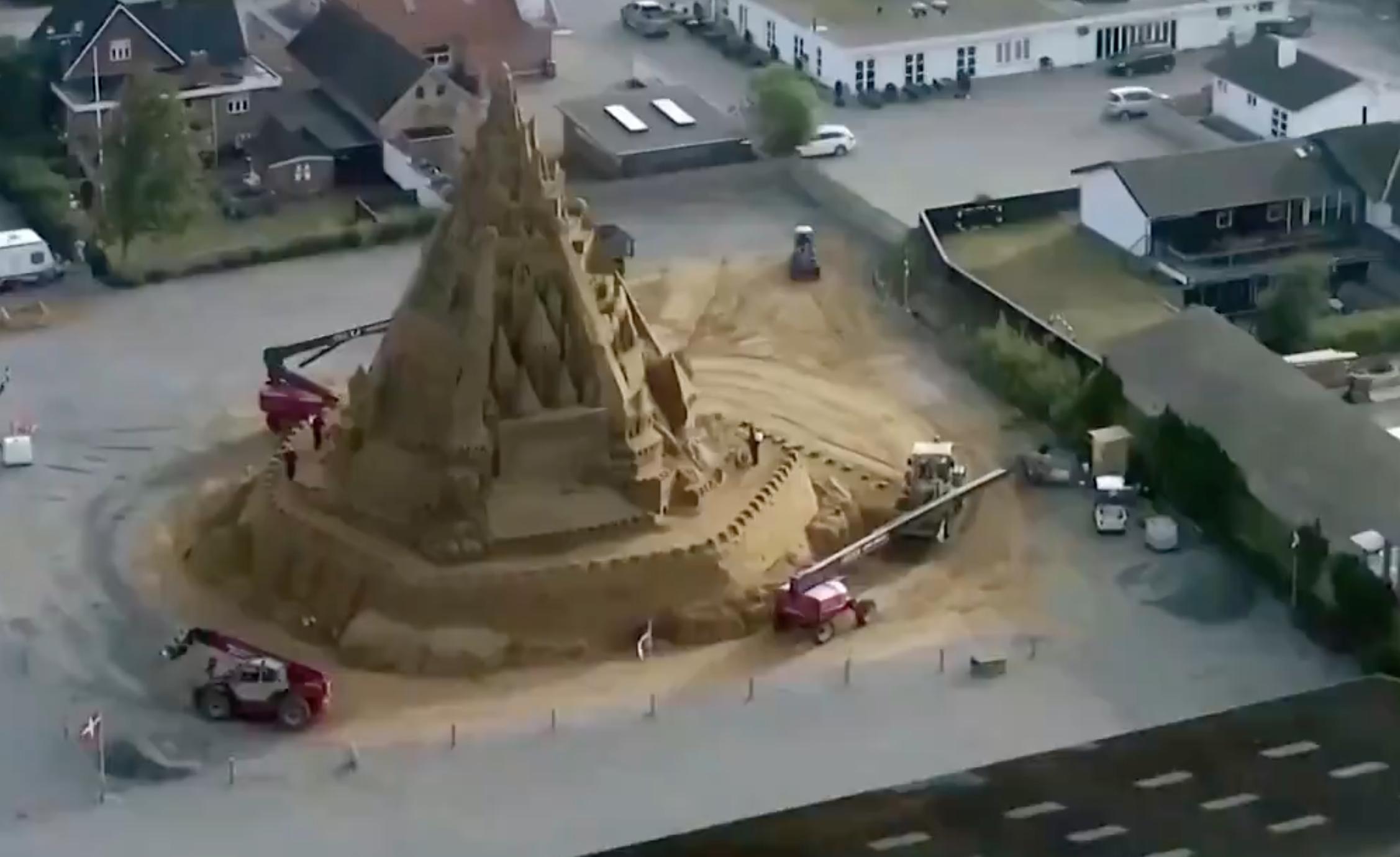 Több mint 21 méter magas homokvárat építettek Dániában