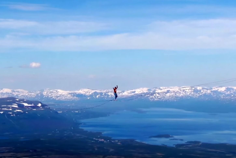 Egy 2,1 km széles lappföldi völgy fölött megdőlt a magaslati kötélegyensúlyozás távolsági világrekordja