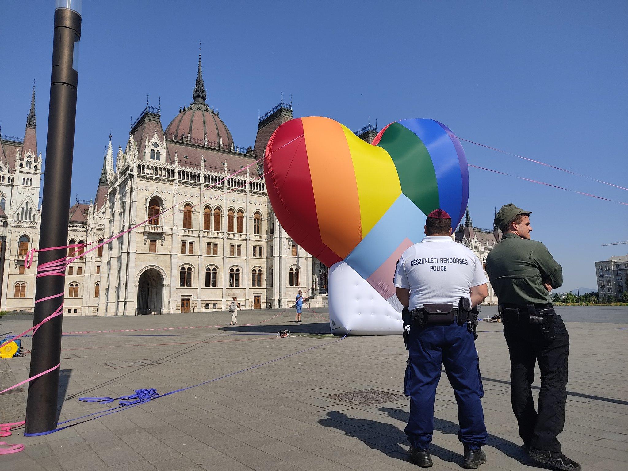 Négyméteres szivárványszívet állítottak a Kossuth térre a homofób törvény hatályba lépésével egyidőben