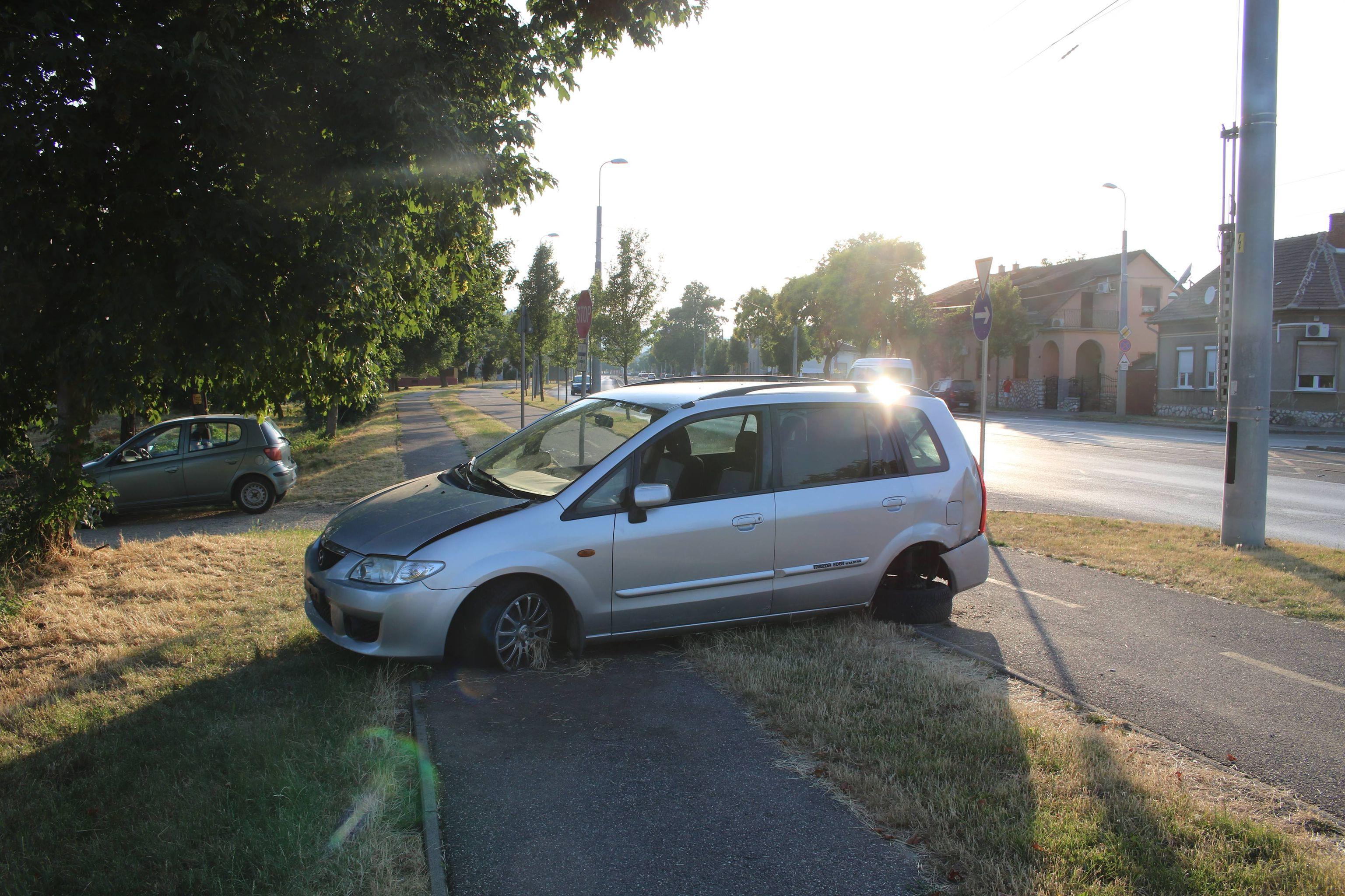A rendőrség a baleset után elmenekülő, ismeretlen sofőrre várt, ezért parkolt egy roncs egy hónapig keresztben a járdán és a kerékpárúton Miskolcon