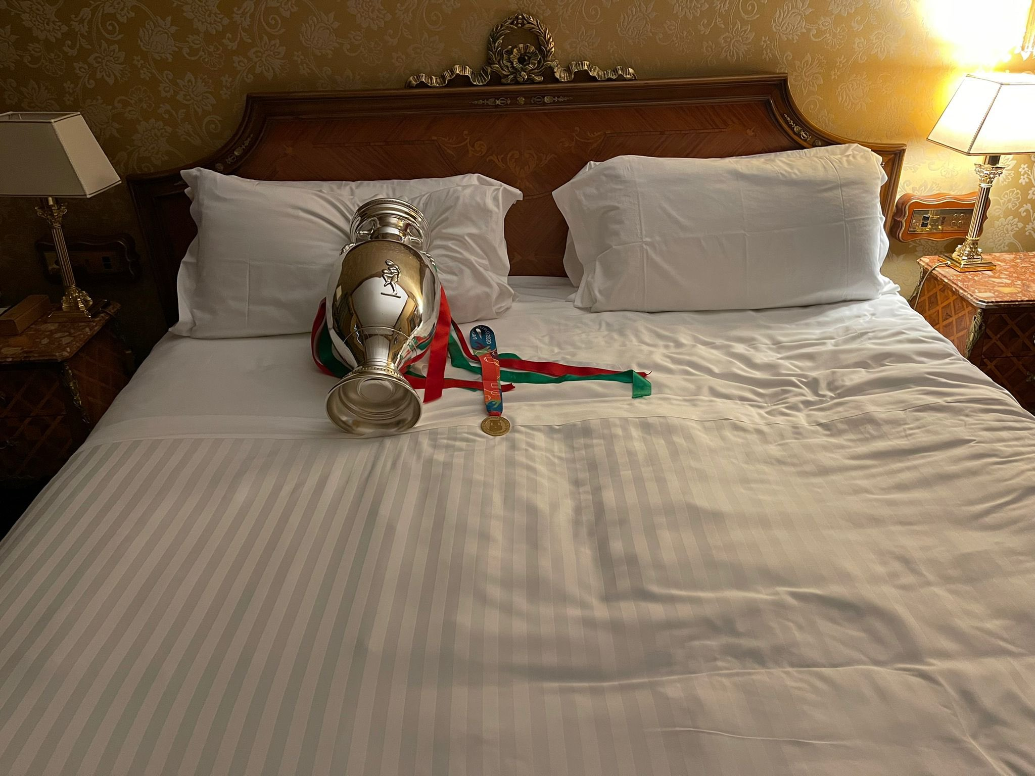 Chiellini egy ágyban töltötte az éjszakát az Eb-serleggel