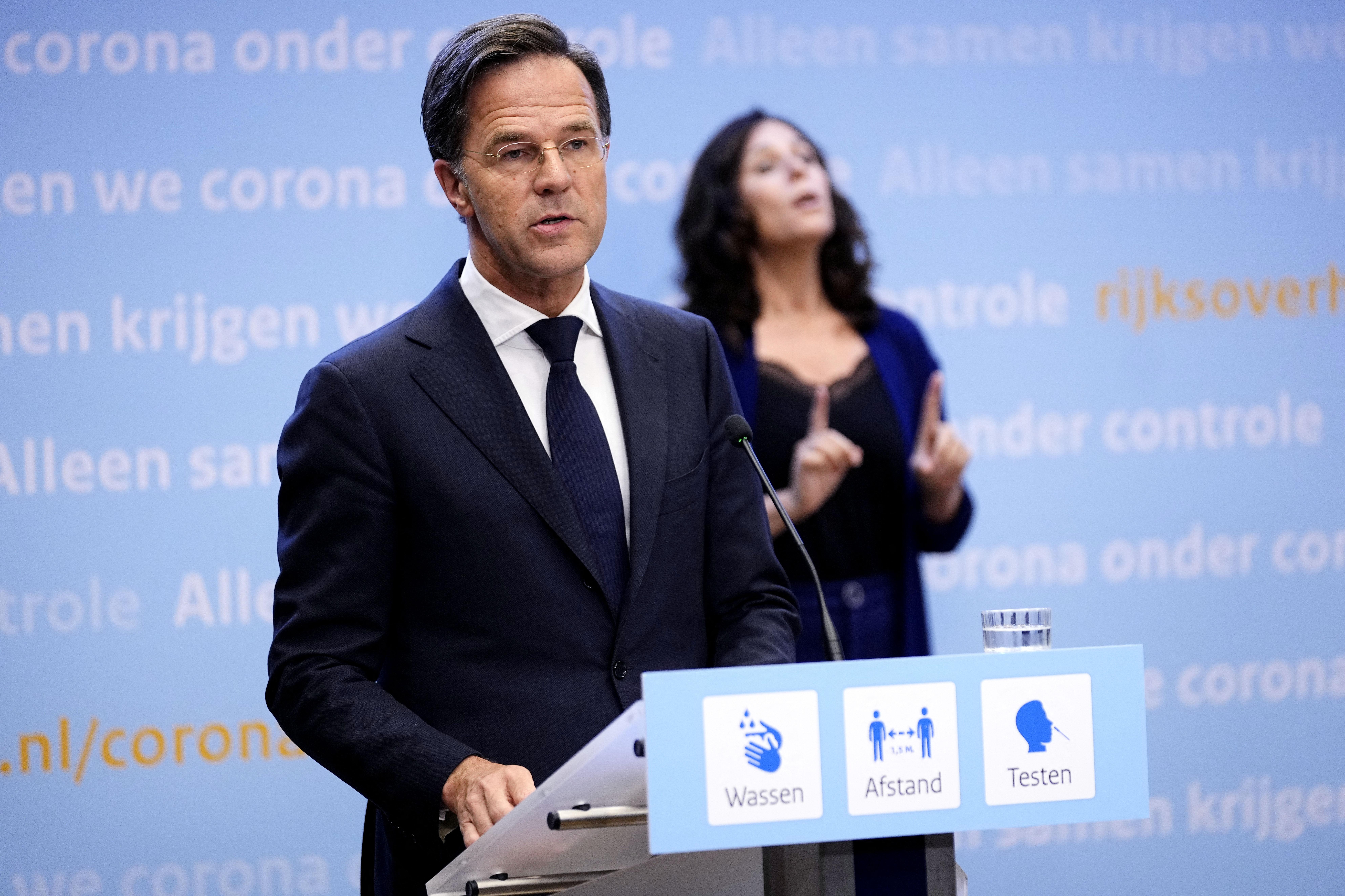 Bocsánatot kért a holland miniszterelnök, amiért túl korán oldották fel a korlátozásokat