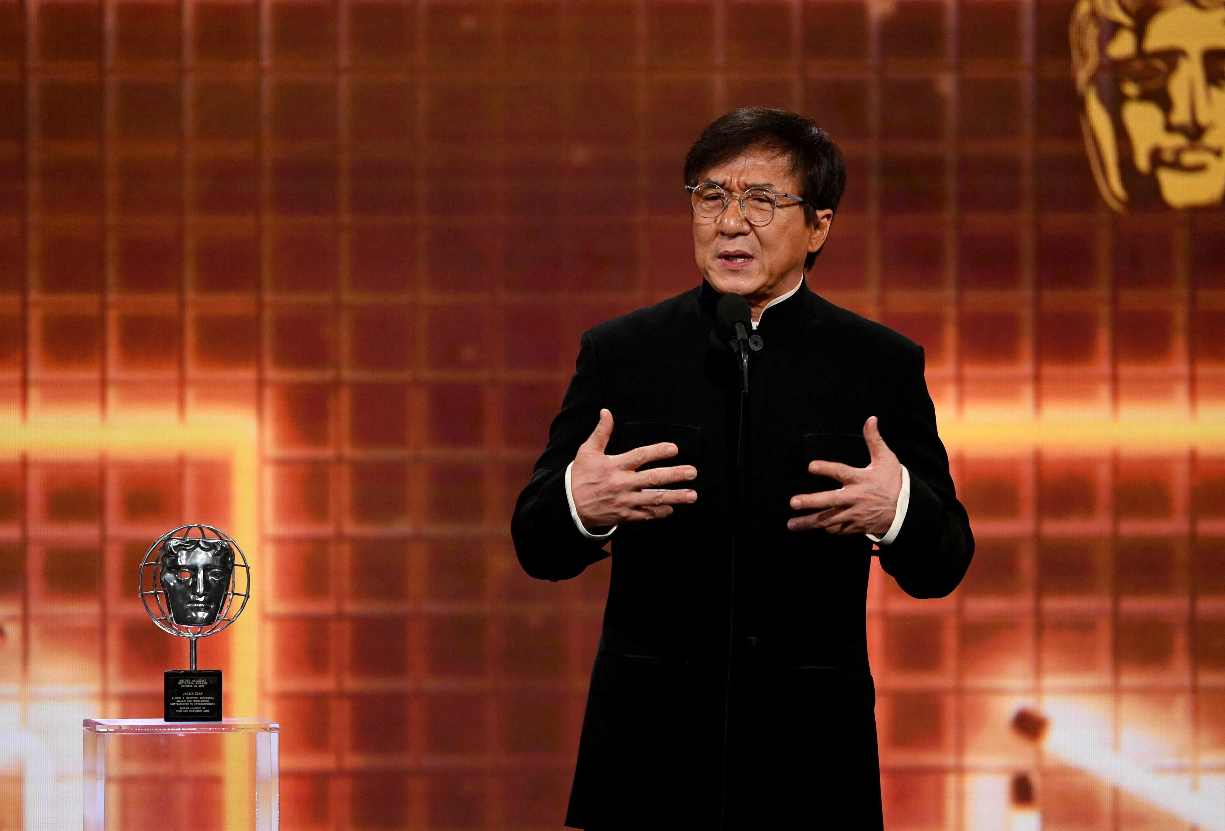 Jackie Chan be akar lépni a Kínai Kommunista Pártba