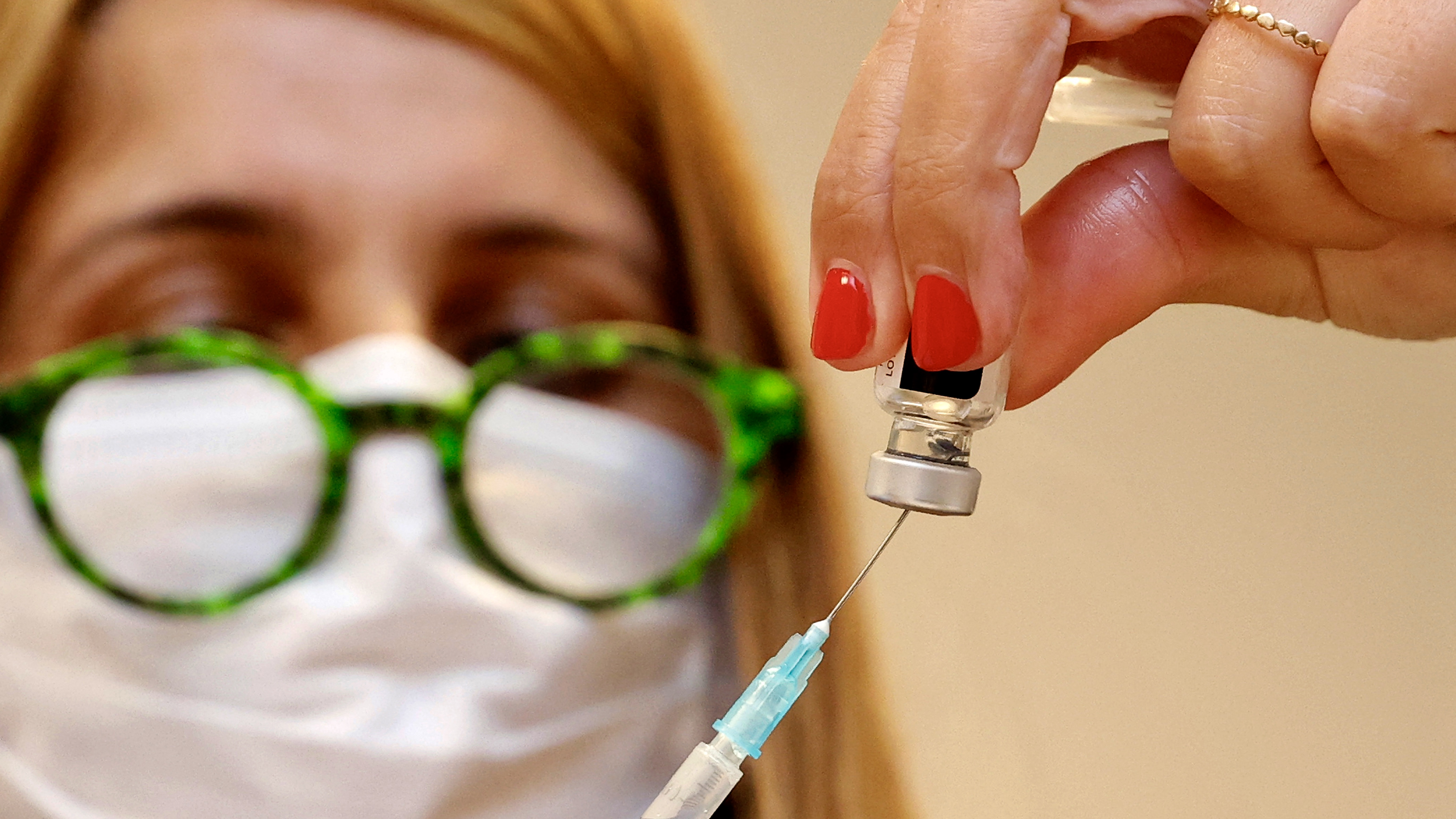 A hazai szakértők szerint a kínai vakcinával oltott idősek védettsége nem megfelelő, a problémát azonnal kezelni kéne