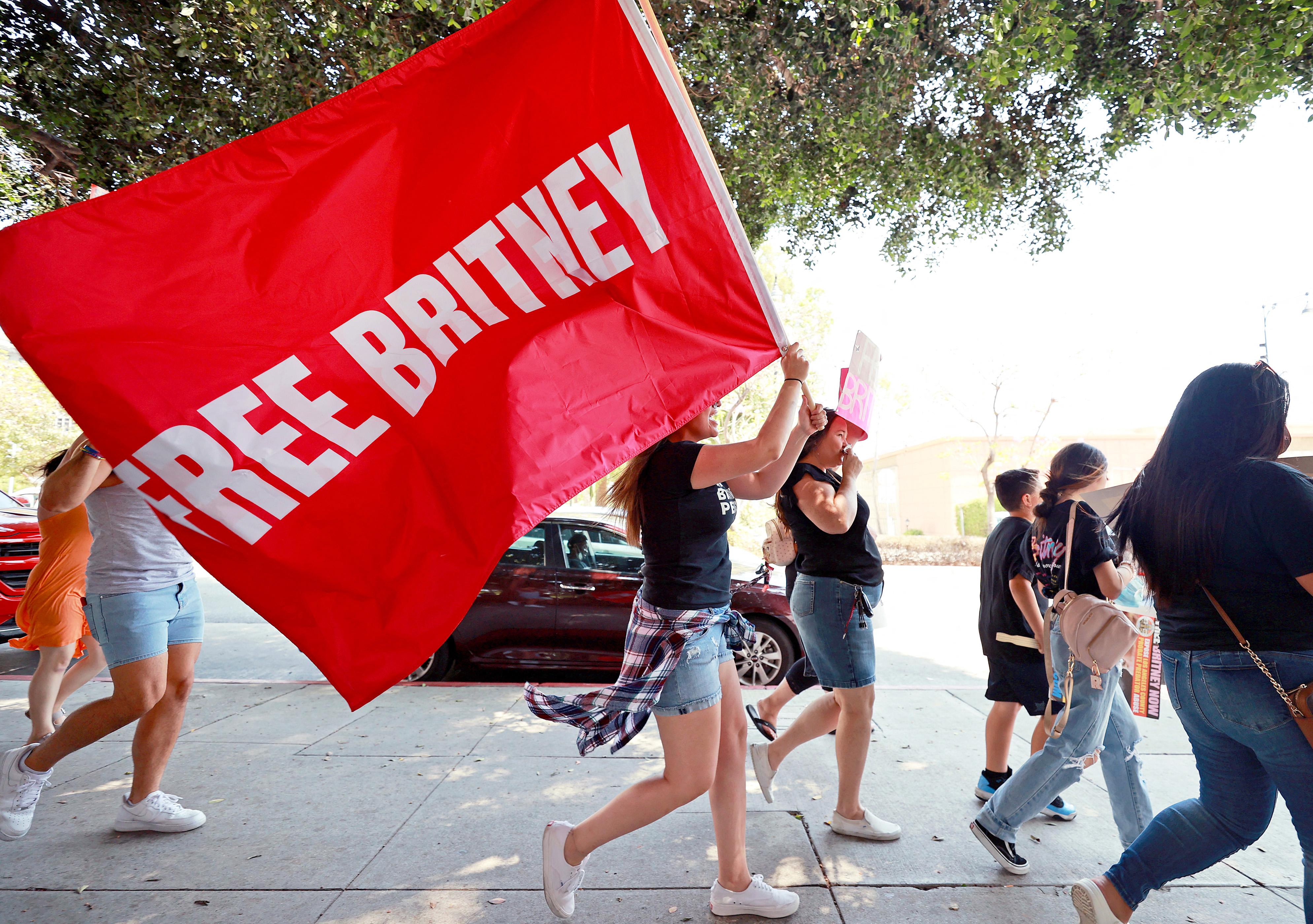 Britney Spears új ügyvédje felszólította az énekesnő apját, hogy mondjon le a gondnokságról
