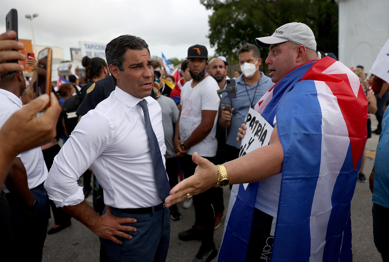 Miami polgármestere szerint el kellene gondolkodni az amerikai légicsapáson Kuba ellen