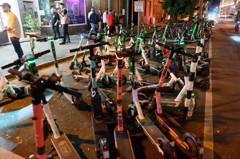 A sok baleset miatt korlátozzák az elektromos rollerek használatát Oslóban