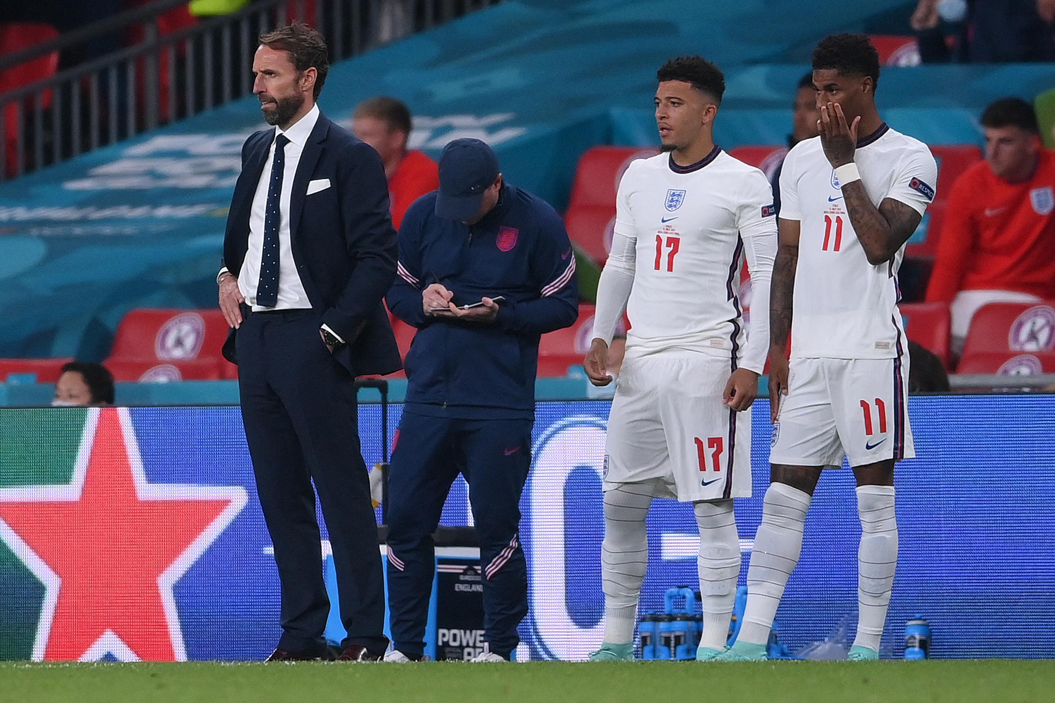 Öt embert vettek őrizetbe a tizenegyest hibázó játékosokat ért rasszista támadások miatt Angliában