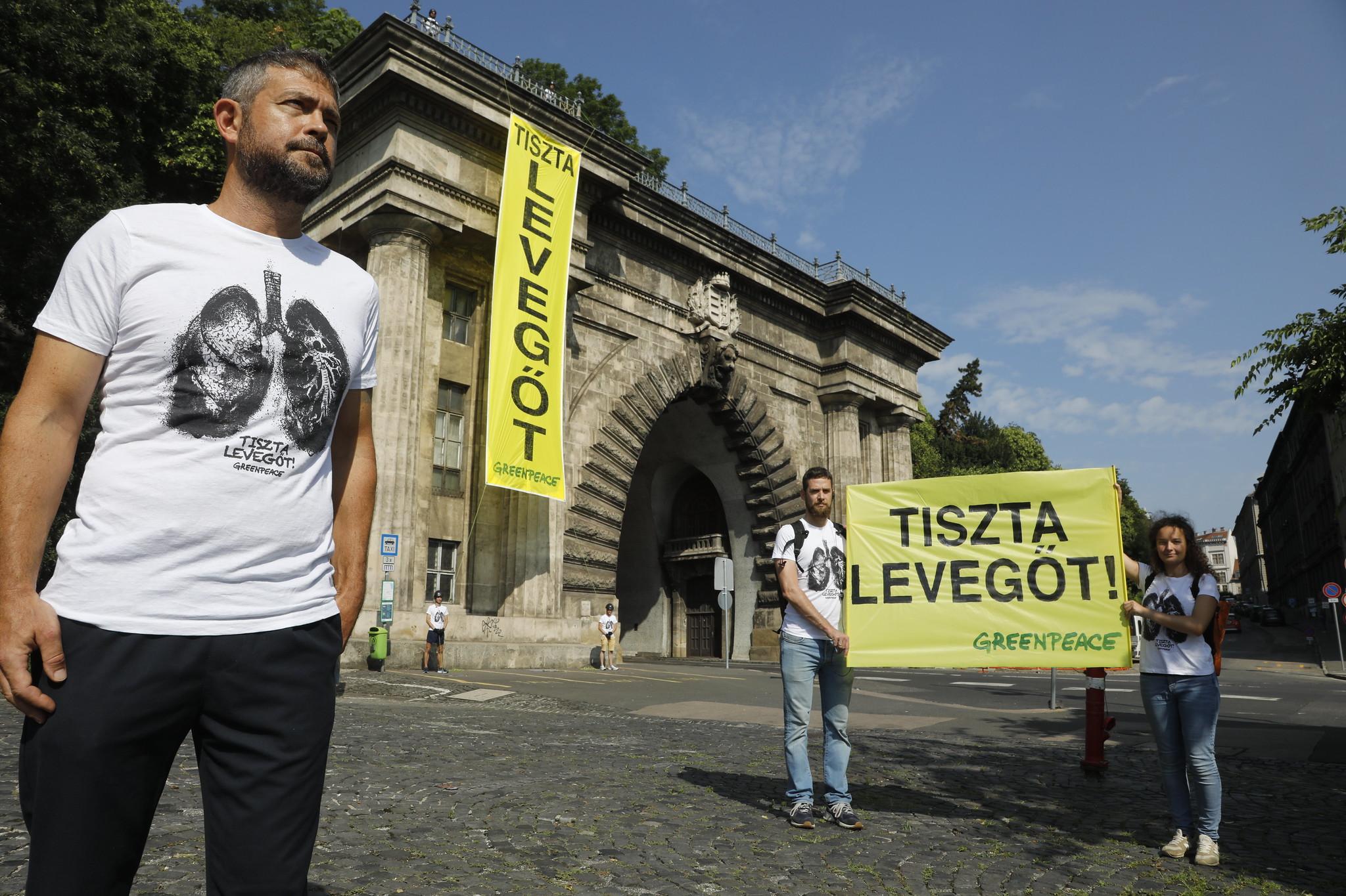 Molinóval akciózott a Greenpeace a Váralagútnál