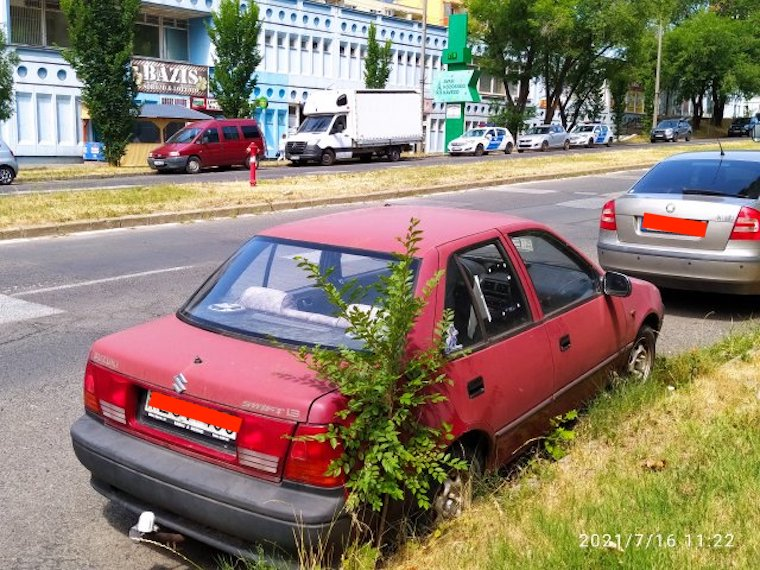 Három éve parkol egy autó Miskolcon, most már betört ablakokkal, pont a rendőrséggel szemben