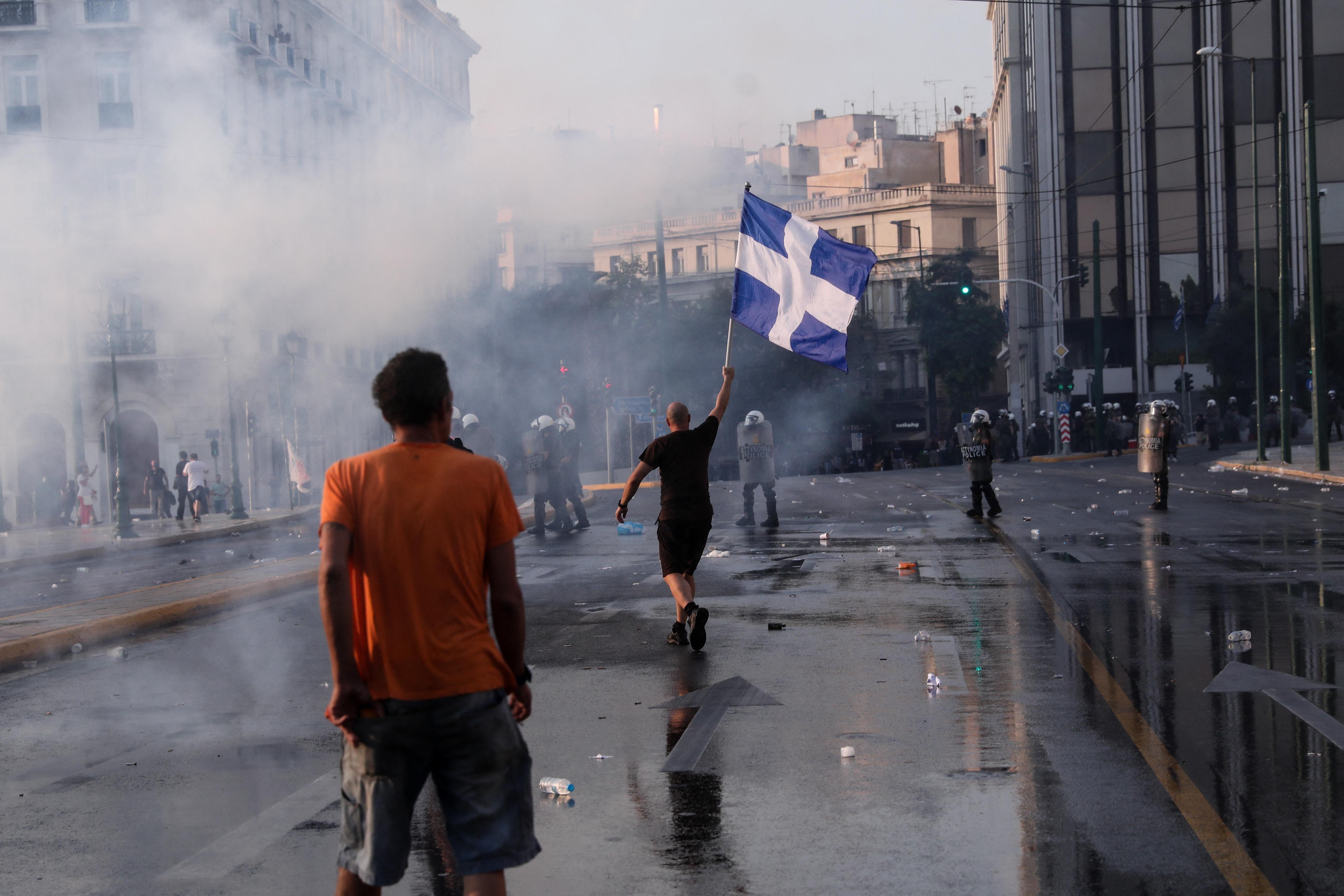 Könnygázzal és vízágyúval kellett oszlatni az oltásellenes tüntetőket Athénban