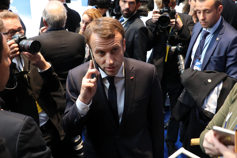 Macron a biztonság kedvéért lecserélte a telefonját
