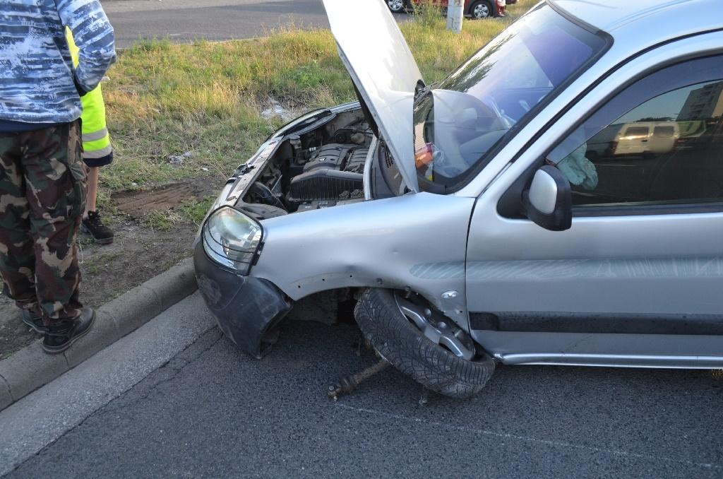 Büntetőfékezés miatt csapódott a betonfalnak egy autó az M3-ason