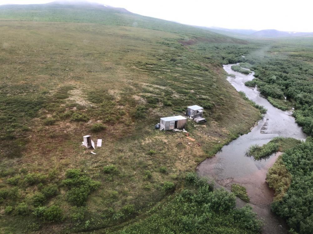 Már hét napja zaklatott egy medve egy bányászt, mire egy helikopter észrevette a kunyhója tetején az SOS feliratot