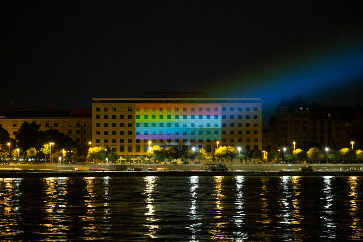 Szivárványos és magyar zászlókkal világították ki a Képviselői Irodaházat az LMBTQ jogok védelmében