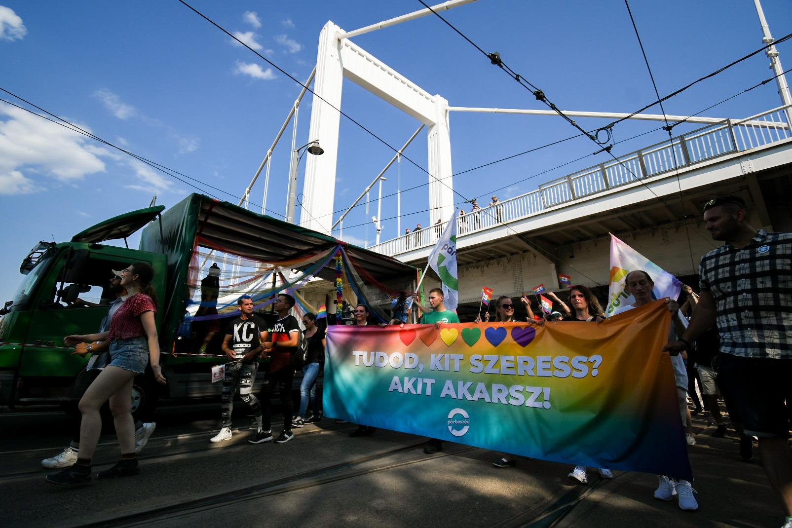 Medián: A magyarok 60 százaléka támogatja a melegházasságot