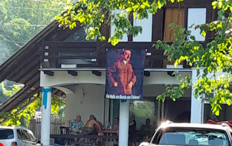 Most egy Hitler-képet lógattak ki a házuk homlokzatára Leányfalun azok, akik tavaly egy SS-zászlóval tették ugyanezt
