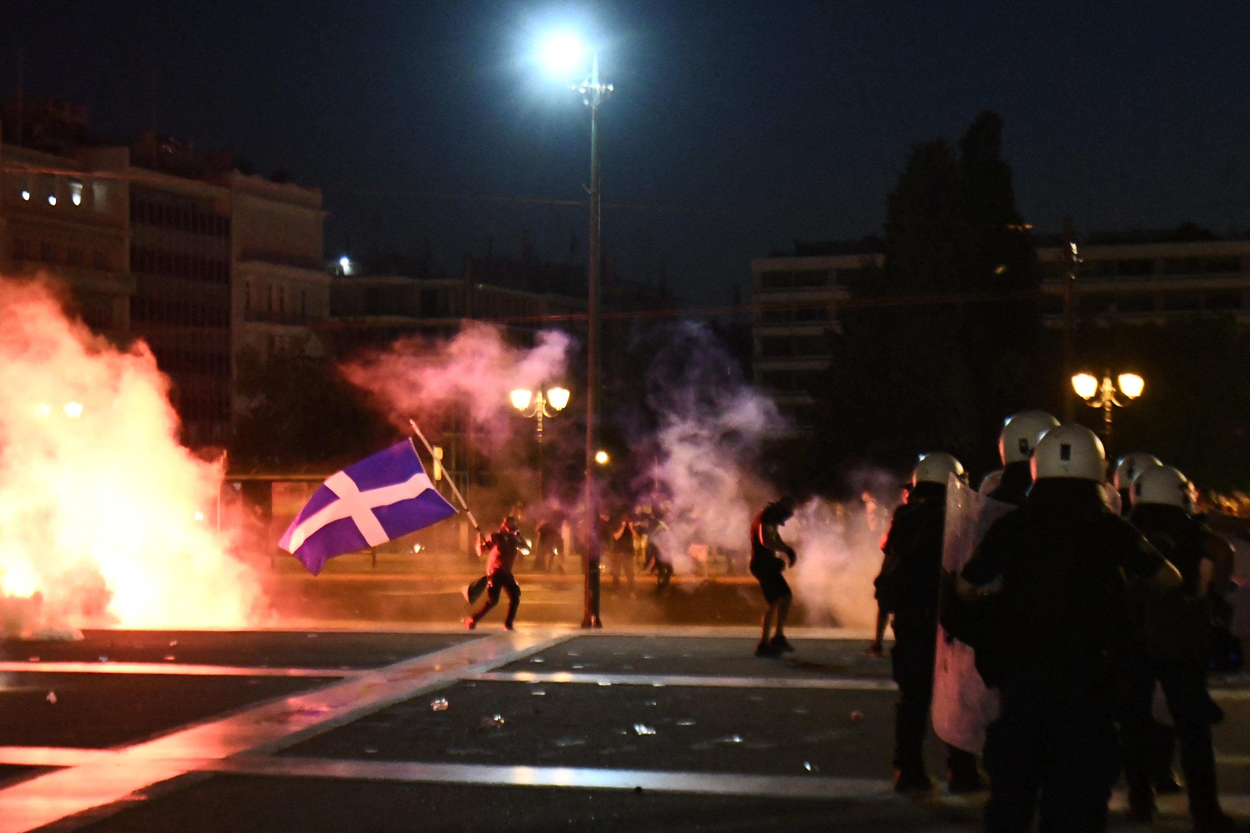 Erőszakos tüntetések kezdődtek Görögországban, miután kötelezővé tették néhány munkakörben az oltást