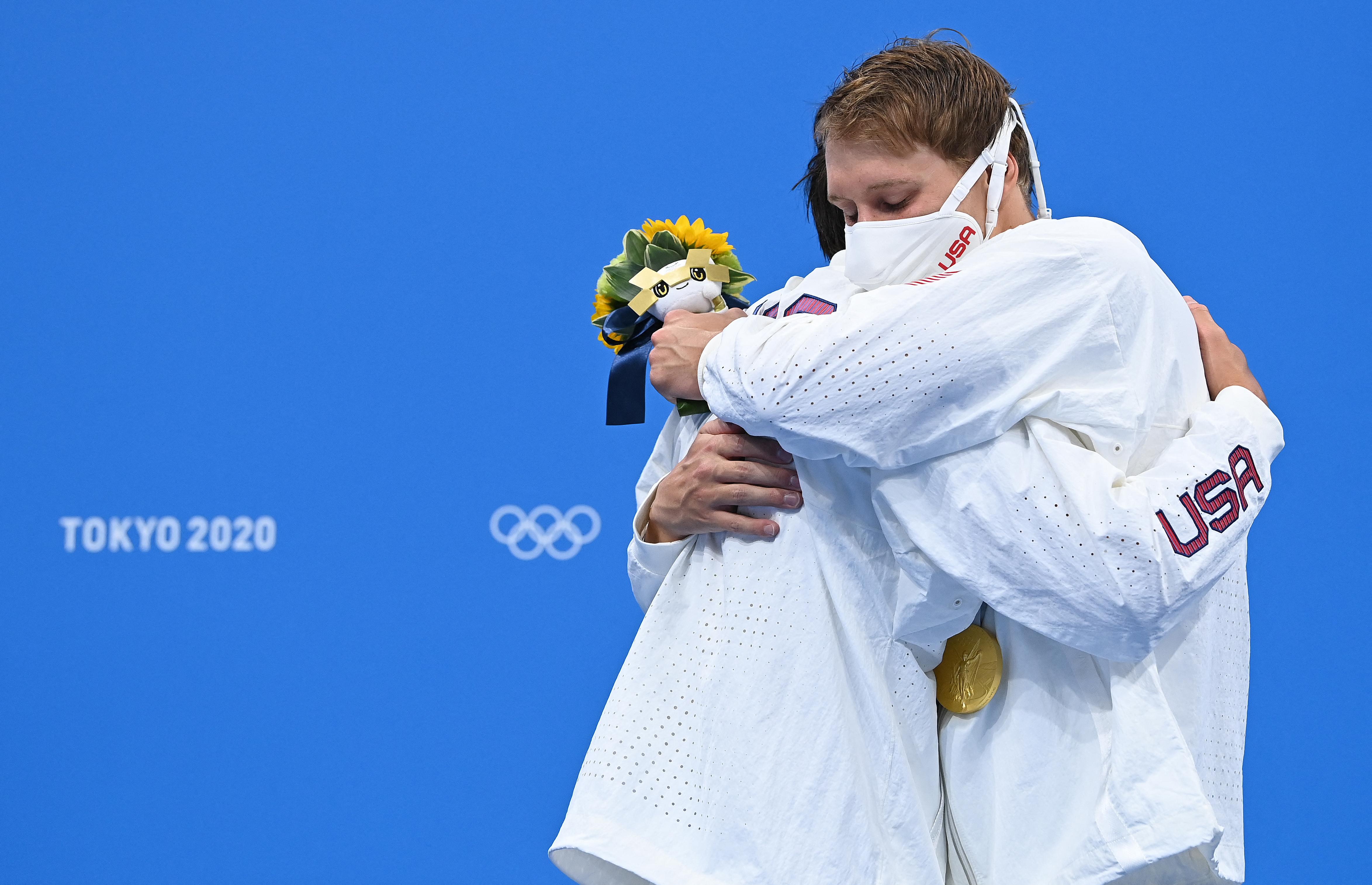 Rászóltak az olimpikonokra, hogy ne ölelgessék egymást