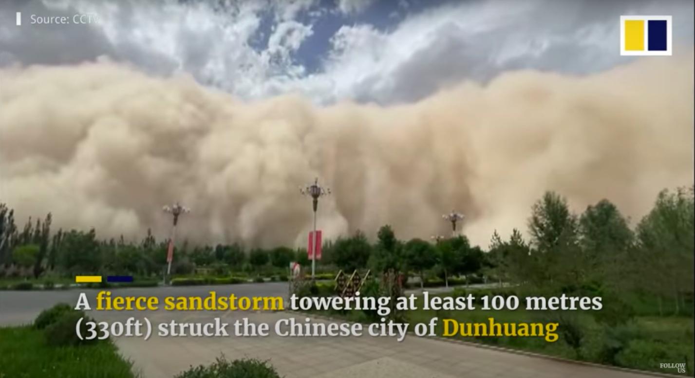 Pokolian látványos homokviharok ostromolják a kínai Dunhuang városát