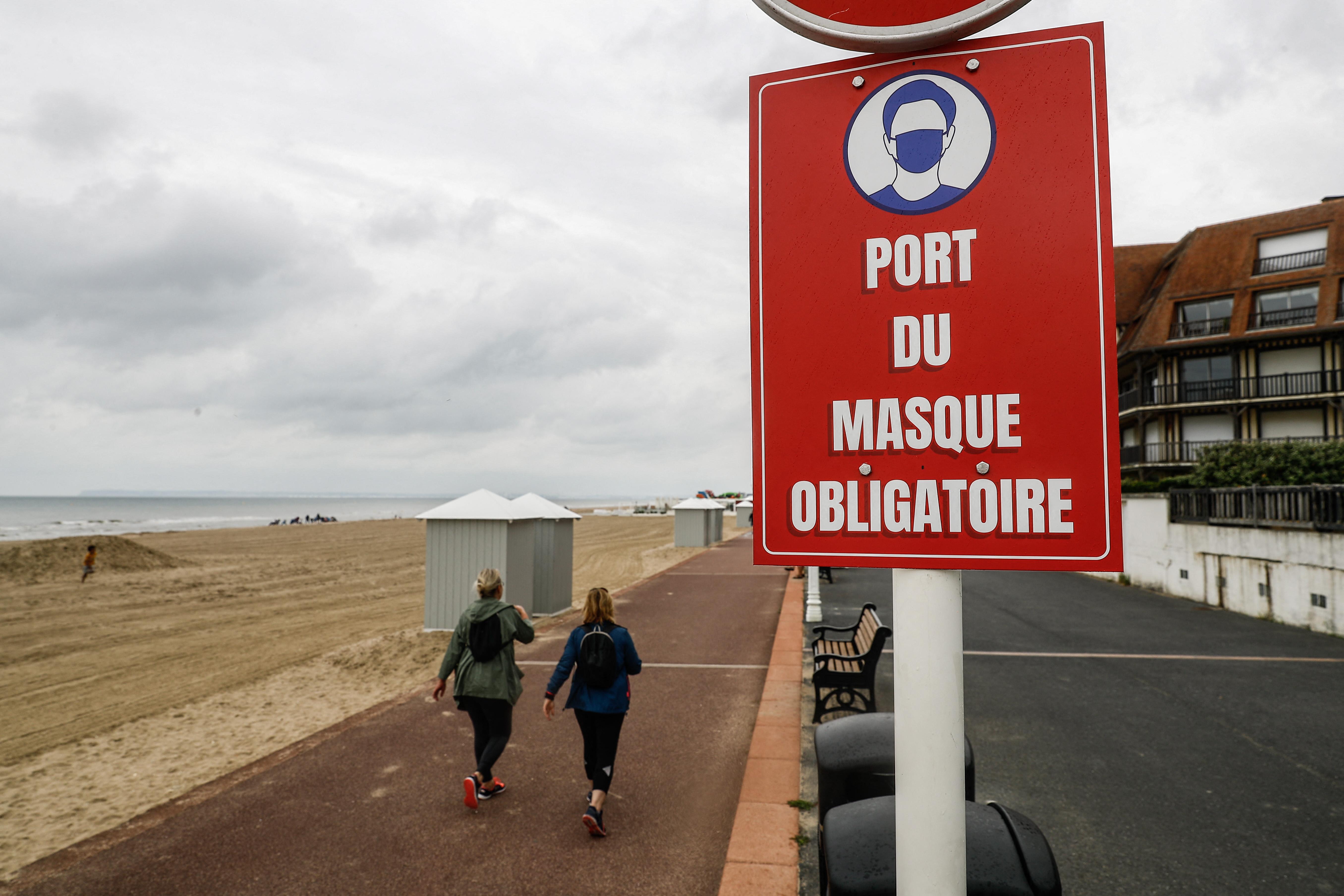 Újra kötelező a kültéri maszkviselés a francia nyaralóhelyeken
