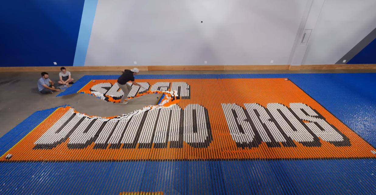 100 ezer dominóból 24 óra alatt épített meg egy Super Mario-ábrát egy robot
