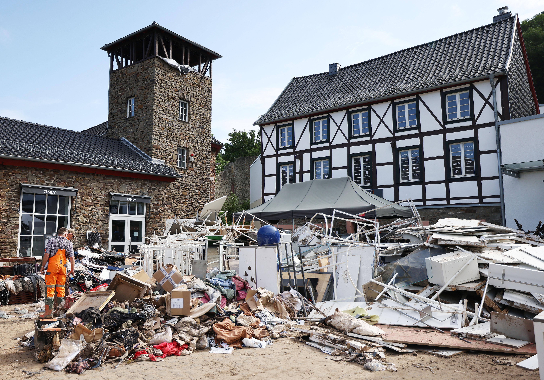 Hegyekben áll a szemét az áradások után Németországban és Belgiumban